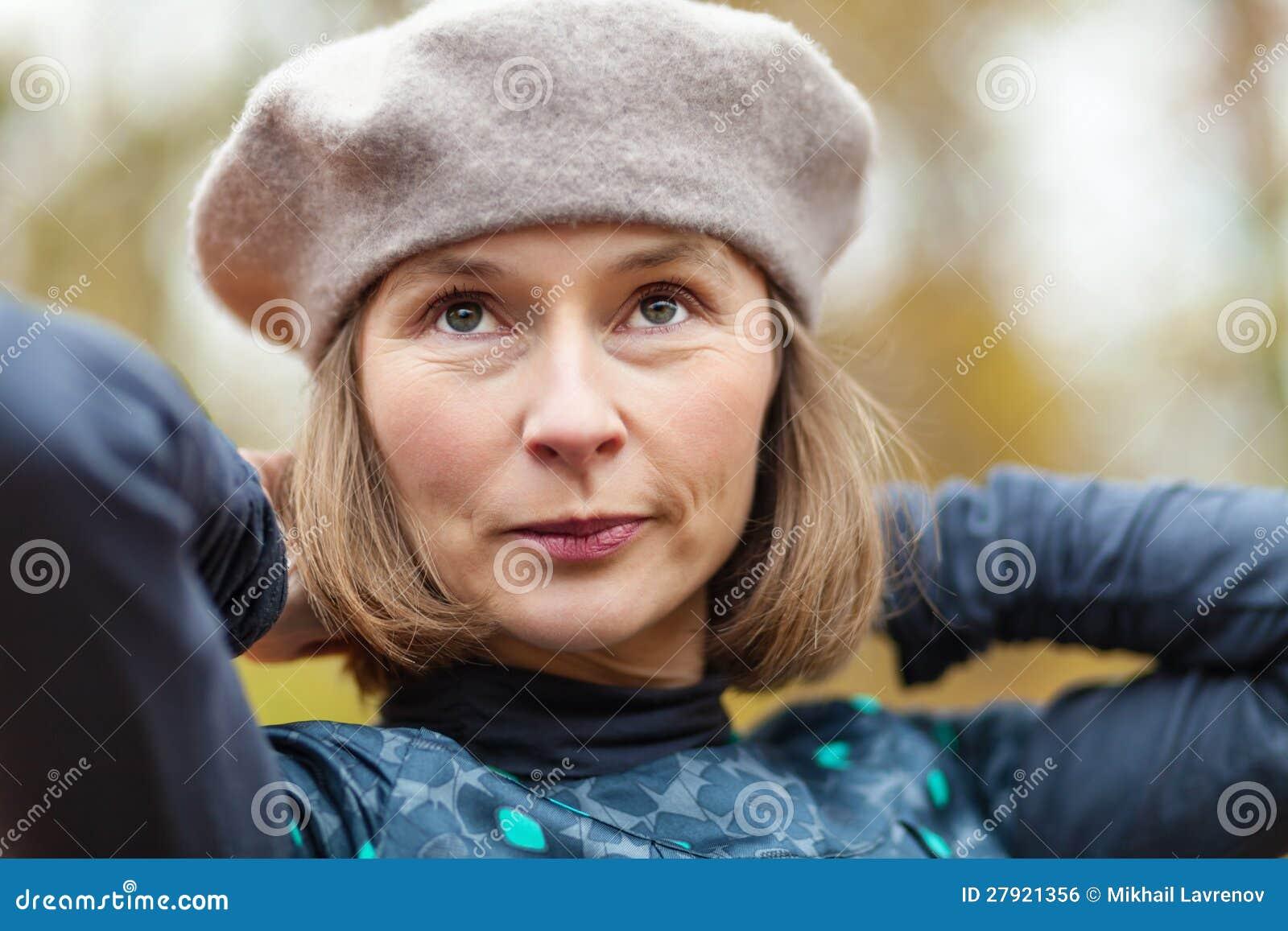 Mujer en boina gris