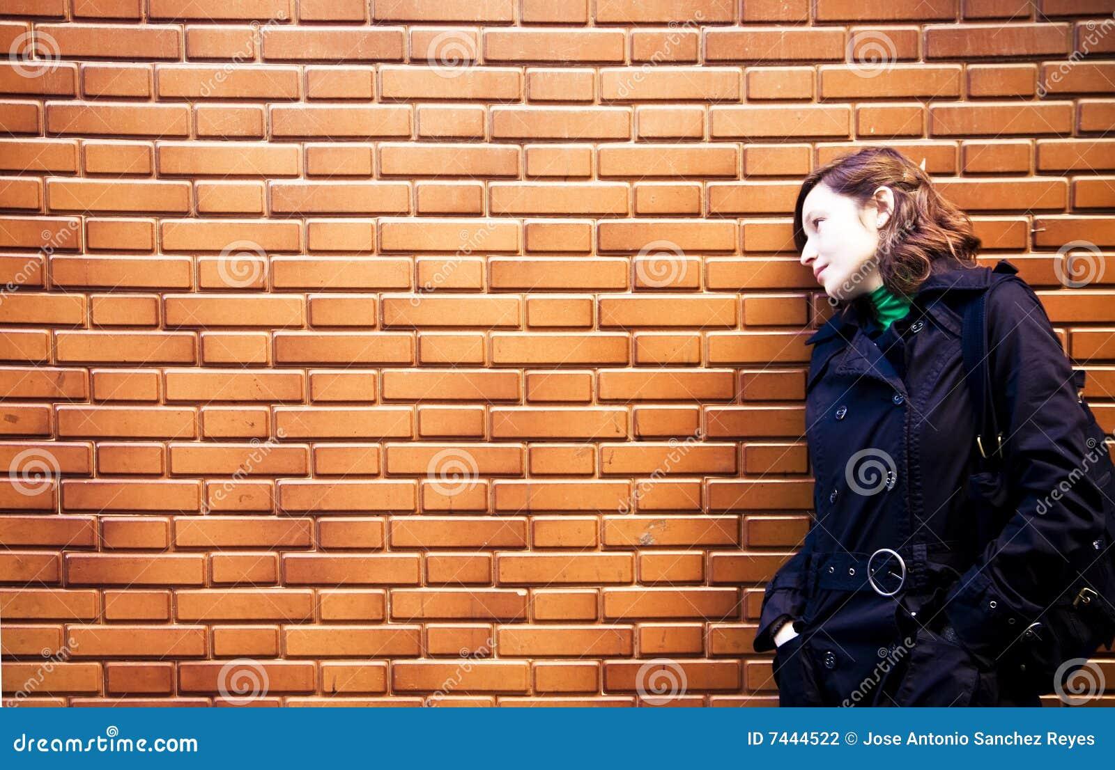 Mujer en brickwall
