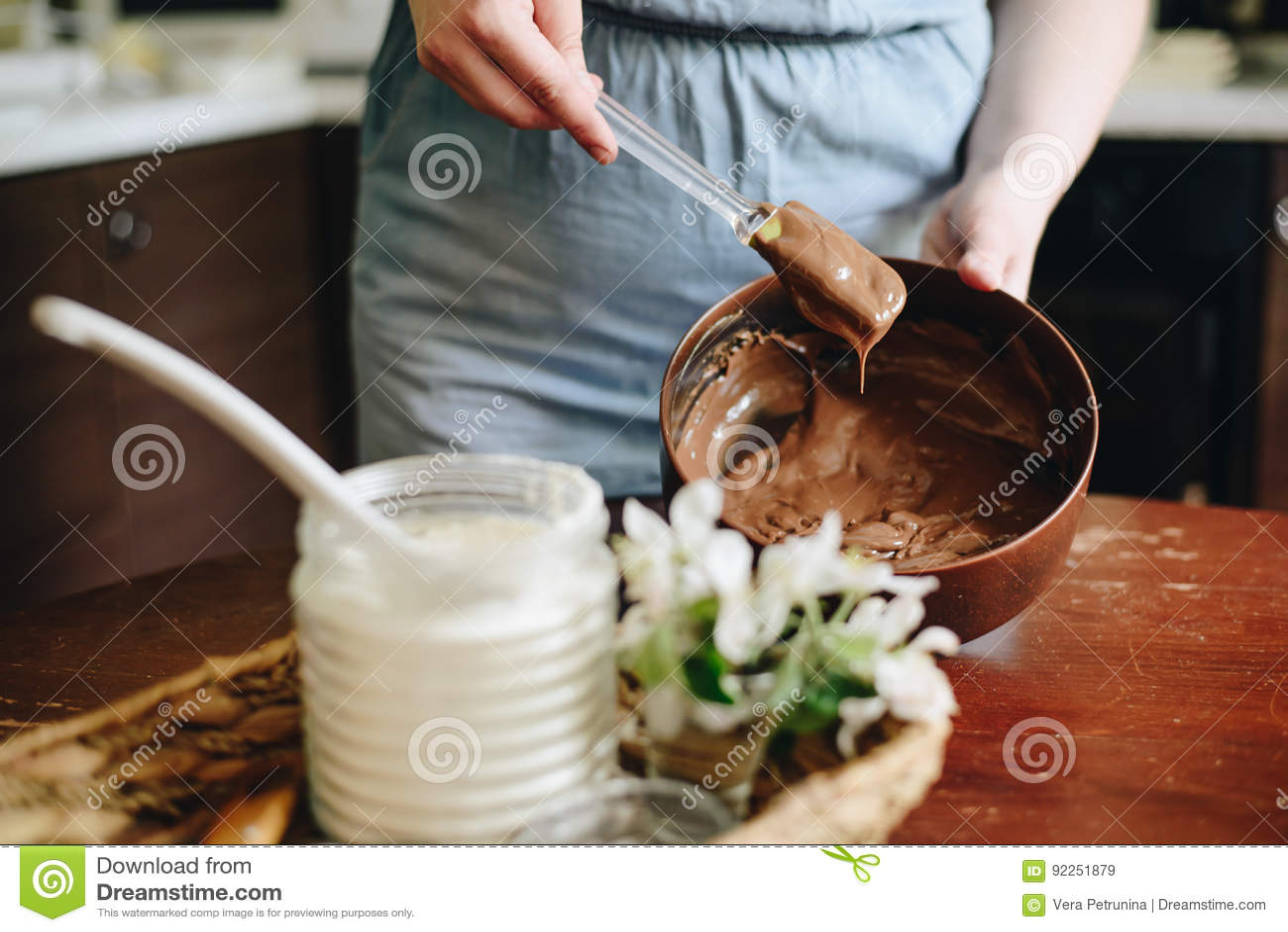 Mujer en casa que cuece la torta