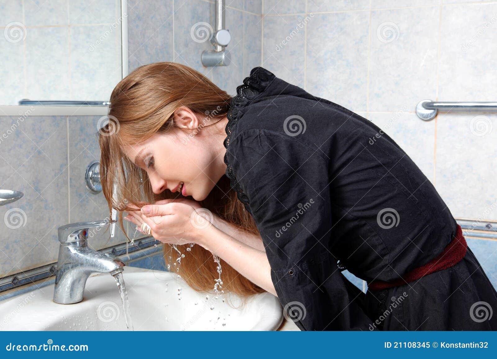 Mujer en colada del baño encima de la cara