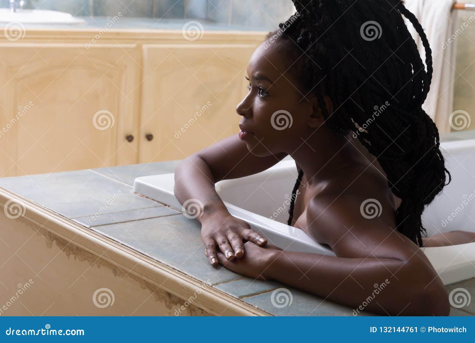 Mujer En Cuarto De Baño Con Hacer Excursionismo Imagen de ...