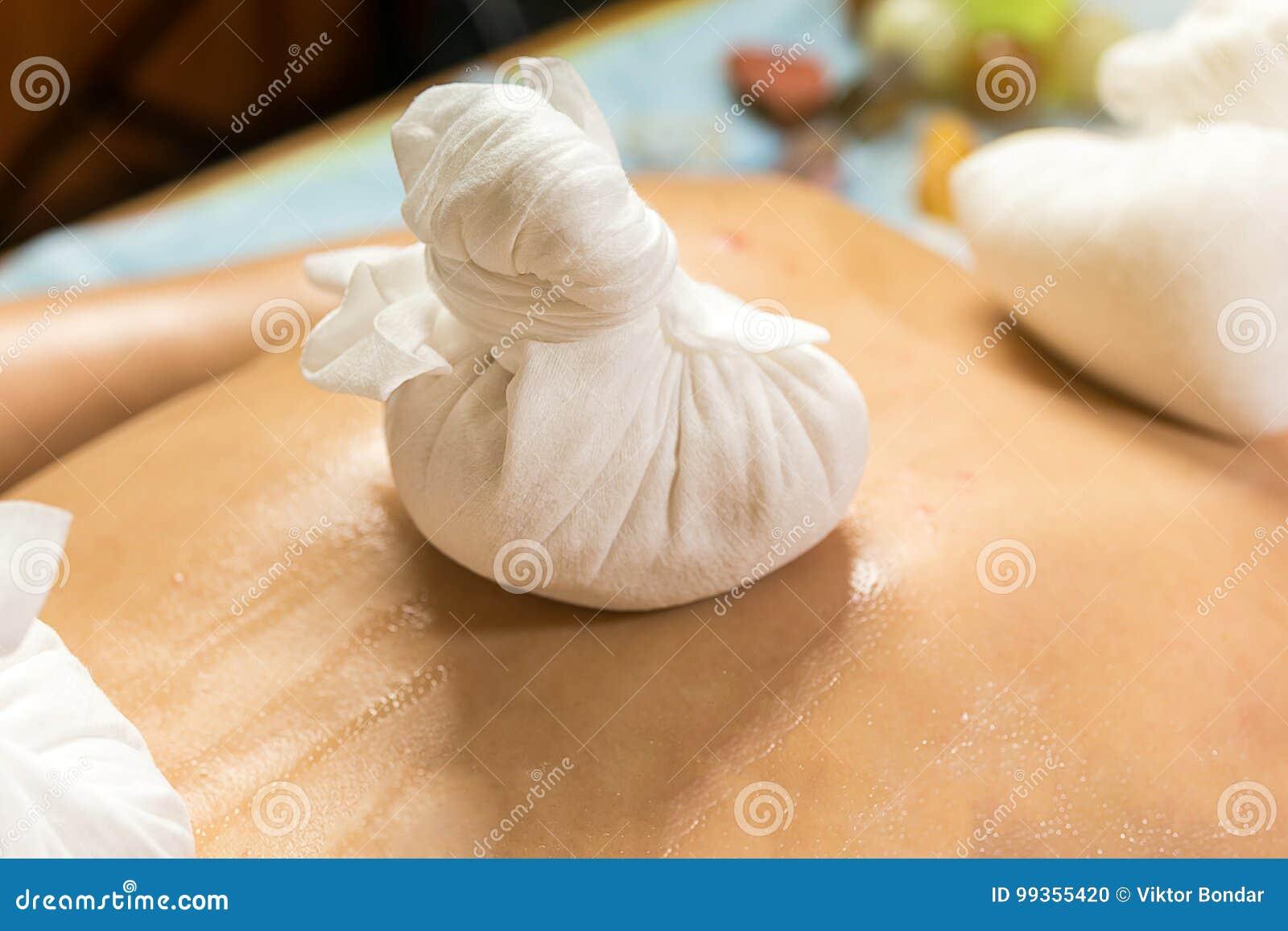 Mujer en el balneario de la belleza de la salud que tiene masaje de la terapia del aroma con e