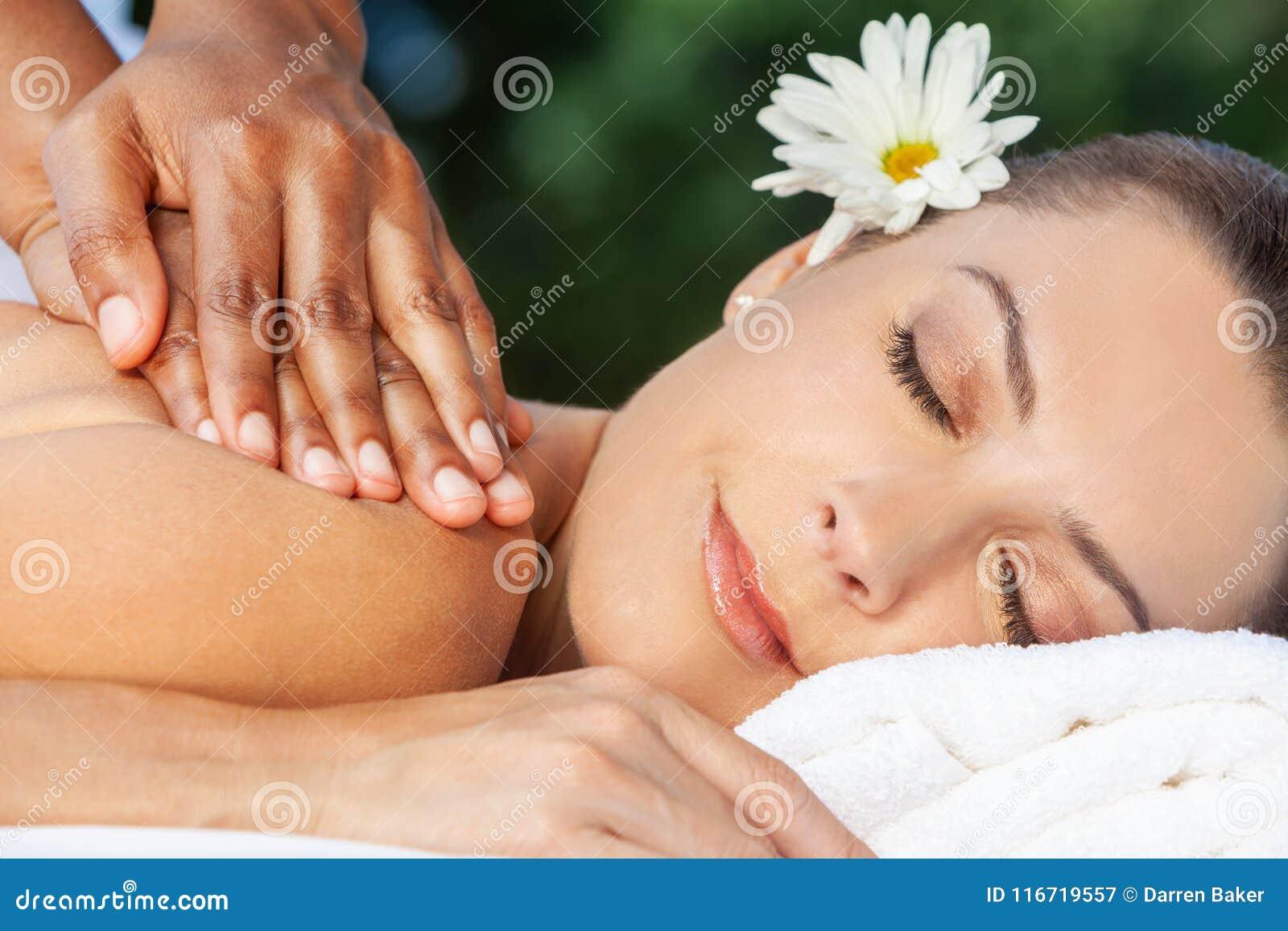 Mujer en el balneario de la salud que tiene masaje de relajación
