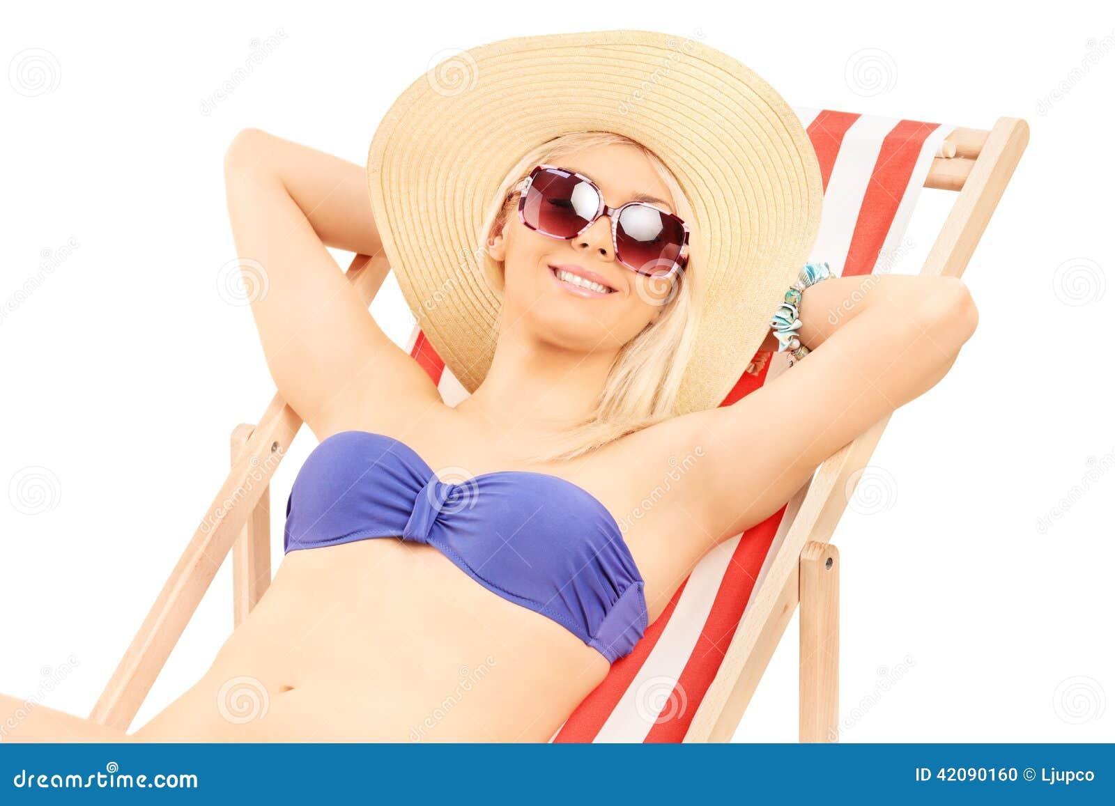 Mujer en el bikini que se relaja en un ocioso del sol