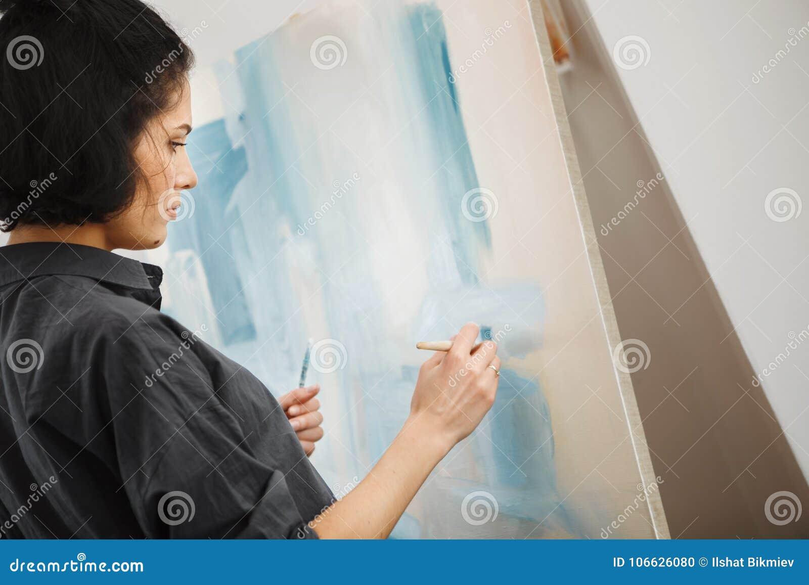 Mujer en el concepto de profesión médica mental de la terapia de los artes