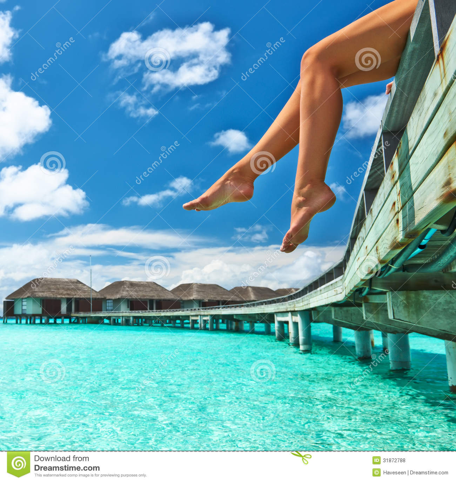 Mujer en el embarcadero de la playa