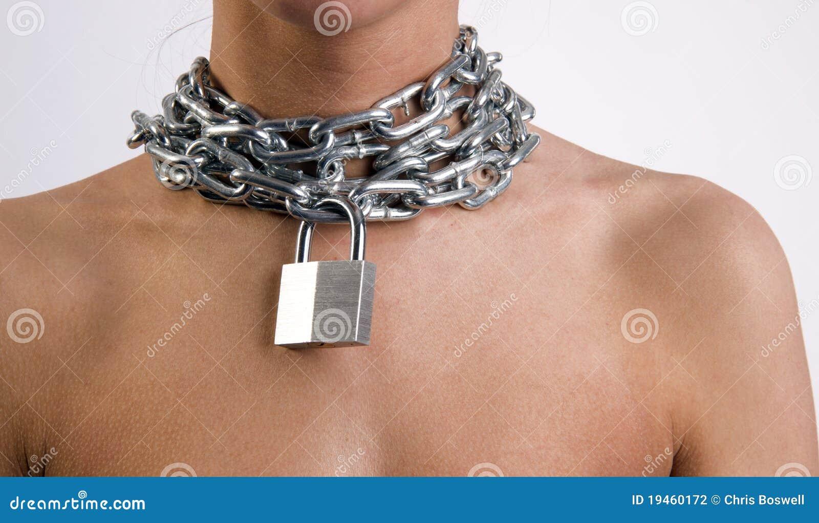 Mujer en encadenamientos del cuello
