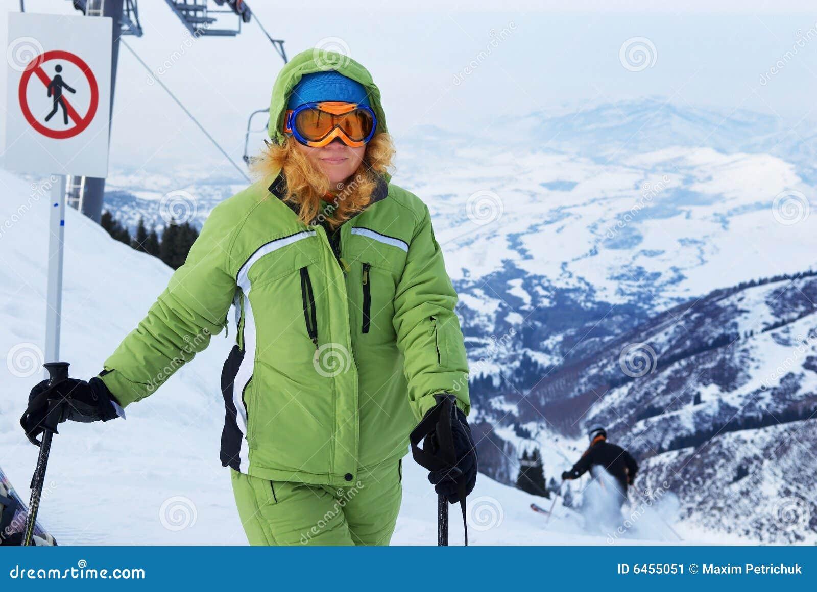 Mujer en estación de esquí