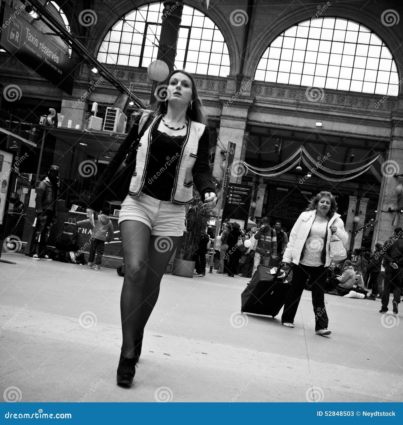 Mujer en gare du nord en París