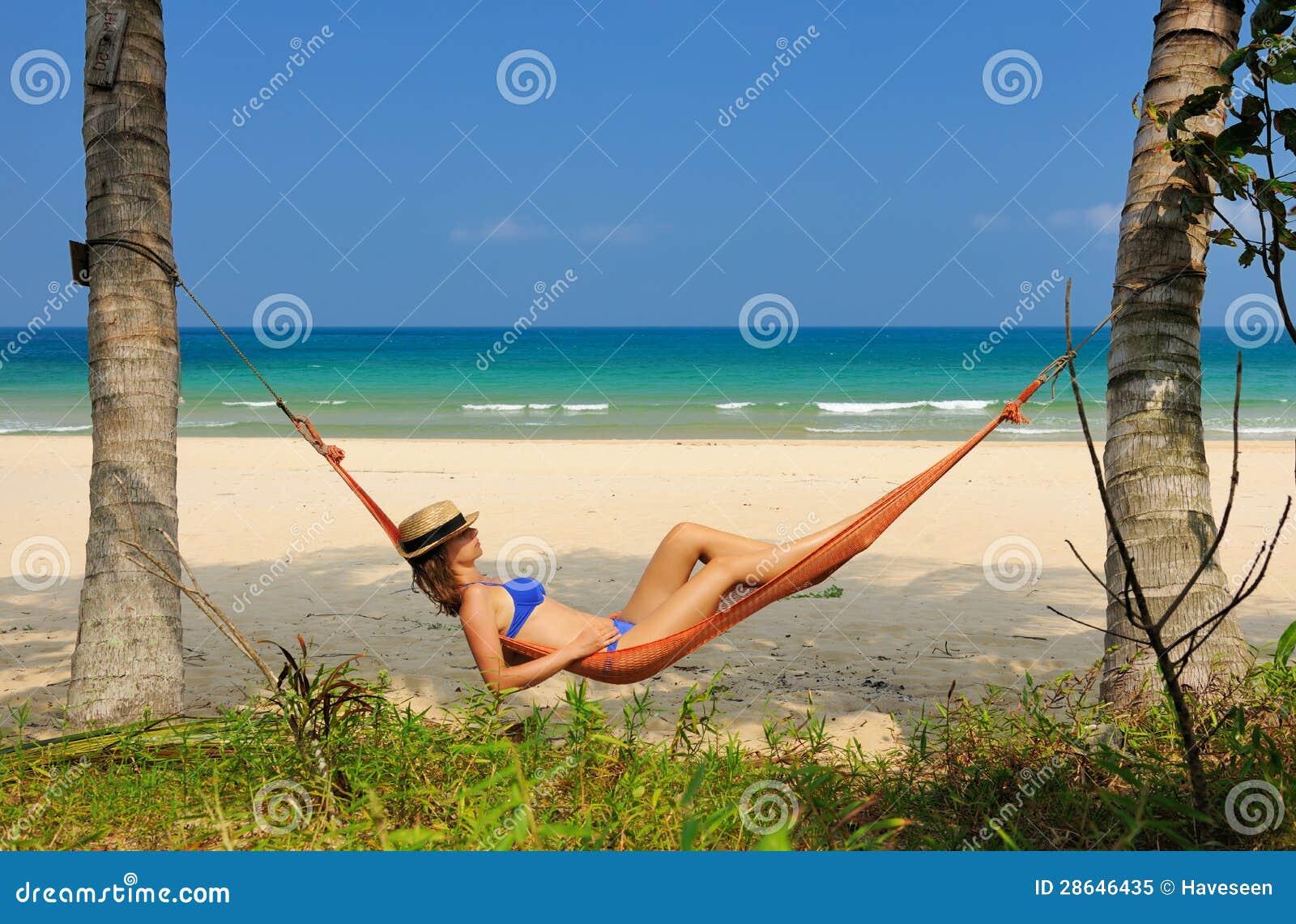 Mujer en hamaca en la playa foto de archivo libre de - Hamacas de playa ...