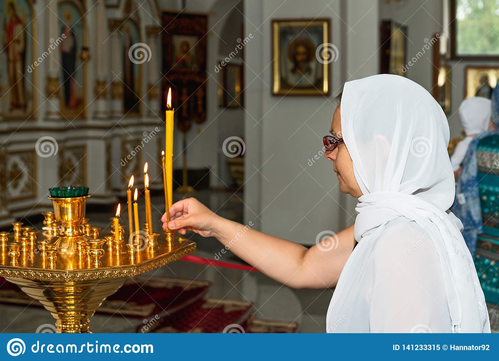 Mujer en iglesia ortodoxa