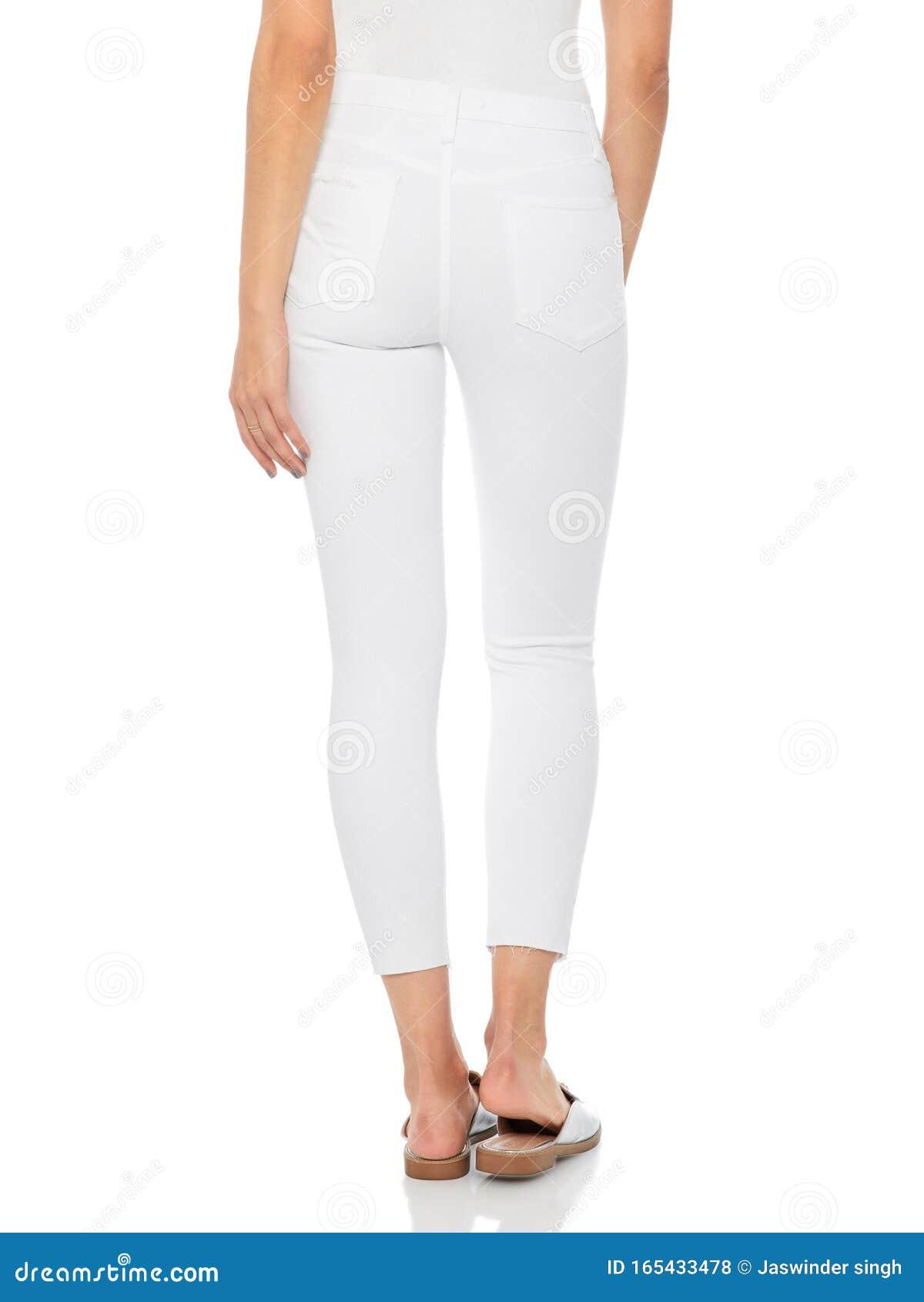 Mujer En Jeans Ajustados Azules Con Tacones Blancos Fondo Blanco Mujer Con Pantalones Ajustados Y Tacones Fondo Blanco Verano Foto De Archivo Imagen De Aislado Rayado 165433478