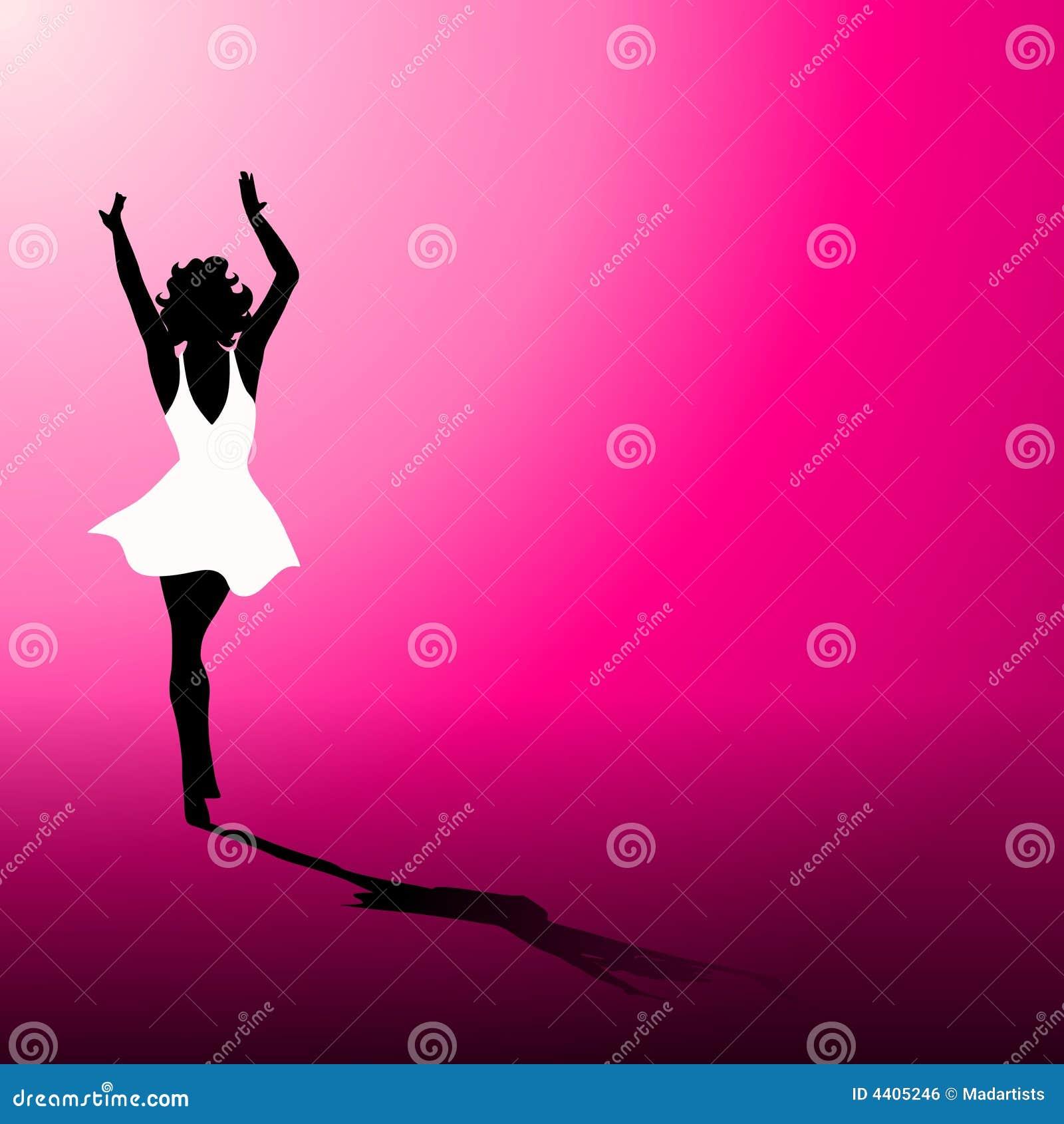 Mujer en la alineada blanca en color de rosa caliente
