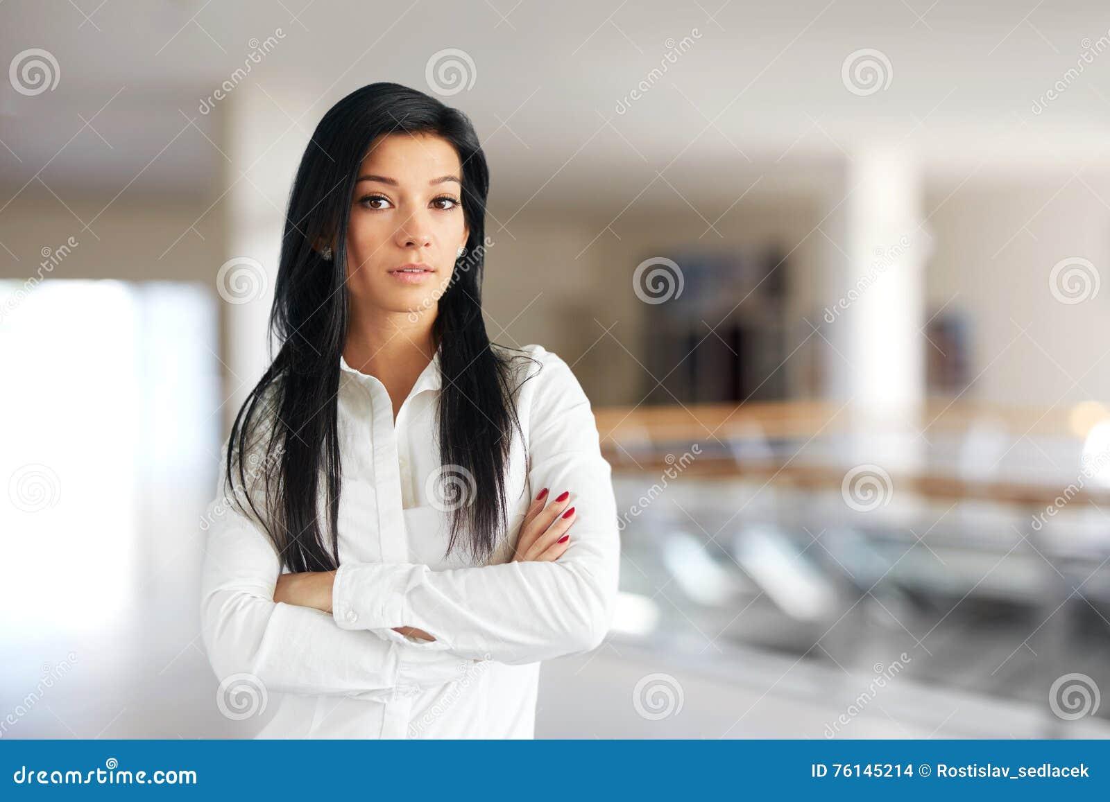 La Mujer Coloca Los Con Cruzados Se Camisa Que Blanca En Brazos POO5qf