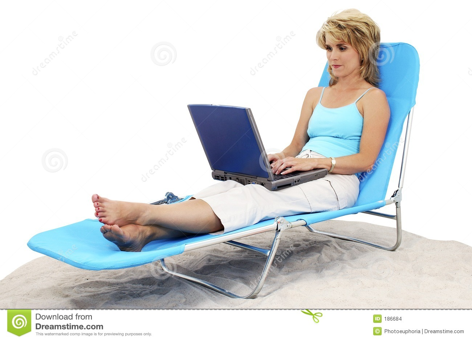 Mujer en la computadora portátil en silla de salón