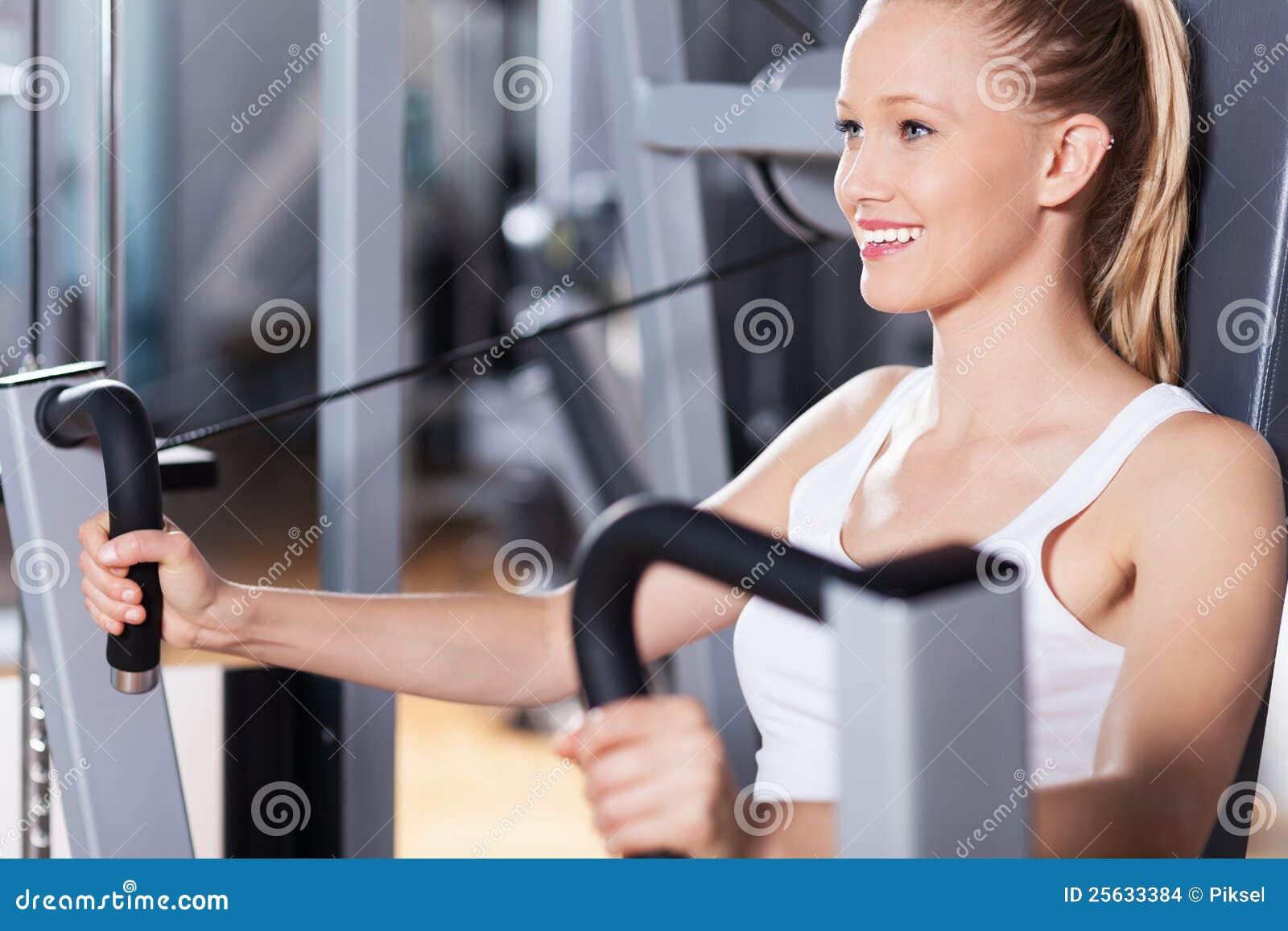 Mujer en la gimnasia
