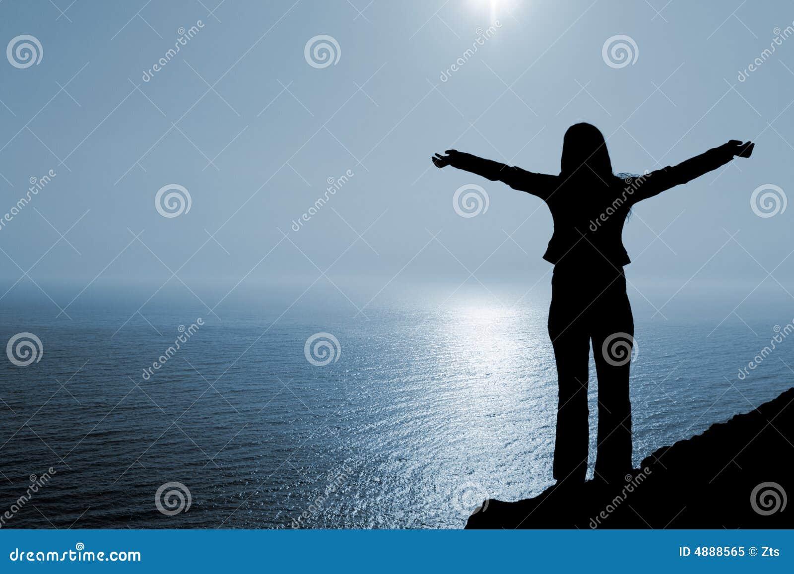 Mujer en la posición de la adoración