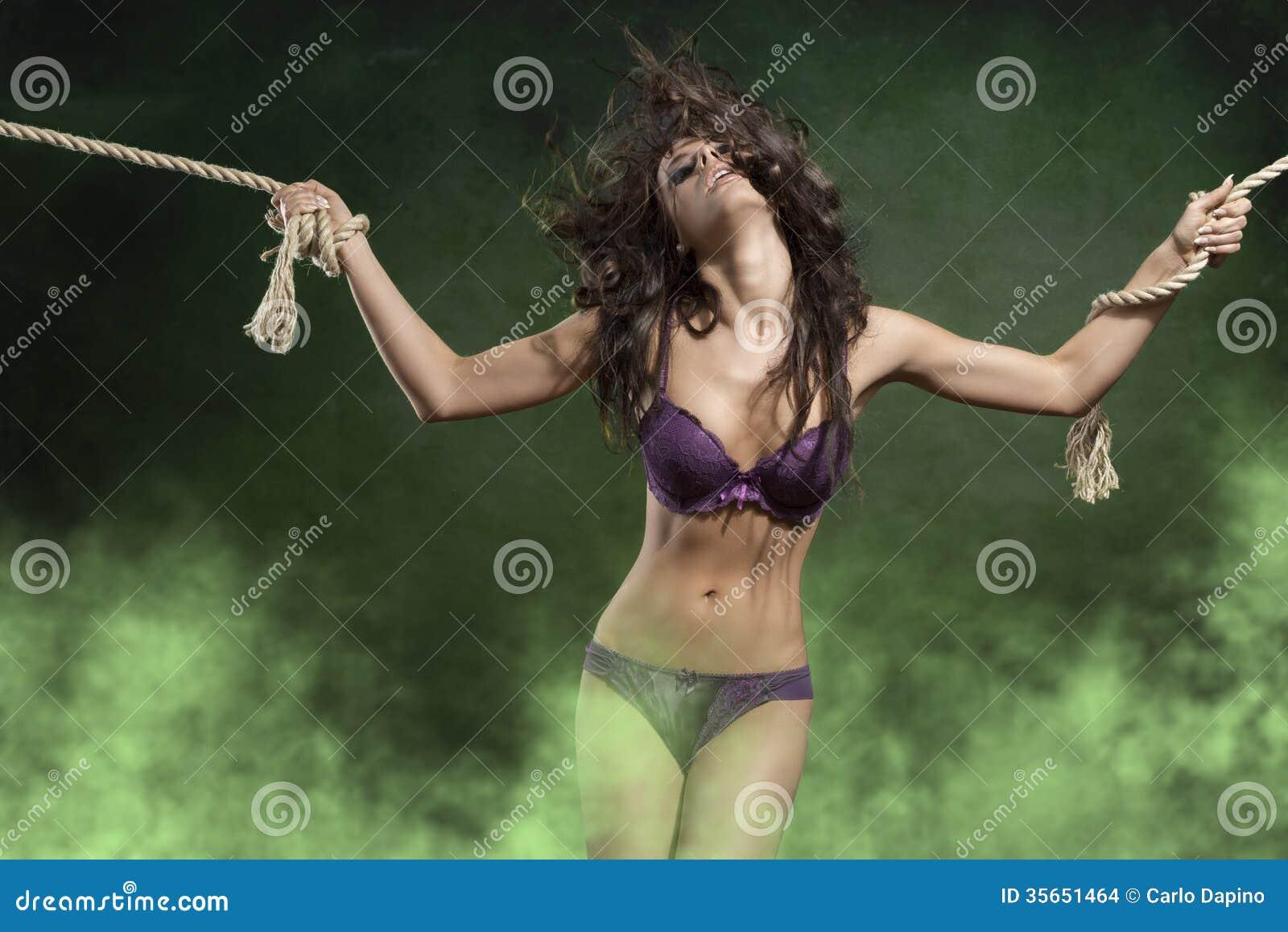 Mujer vistiendo bragas y atado con cuerda