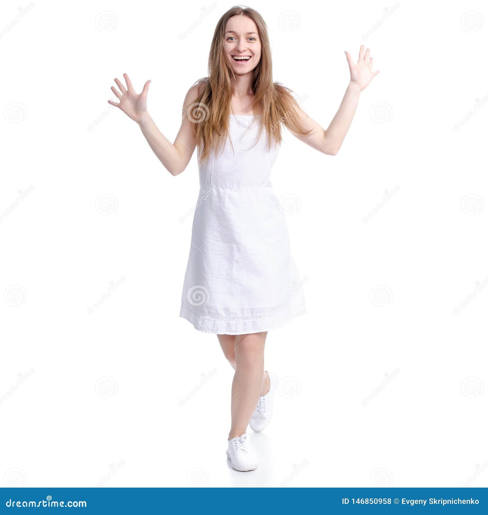 Mujer en la situaci?n blanca del vestido que sonr?e mirando risas de la felicidad