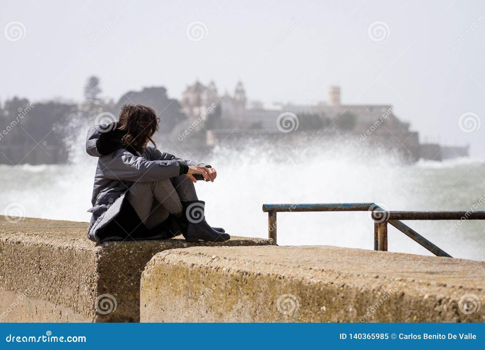 Mujer en la tormenta en Cádiz