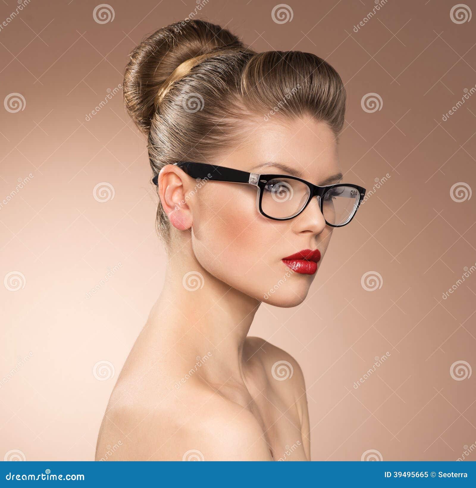 aa004e0440 Señora estricta del estilo del vintage con las gafas que llevan del lápiz  labial rojo. Retrato del primer de la mujer de los vidrios de las gafas.