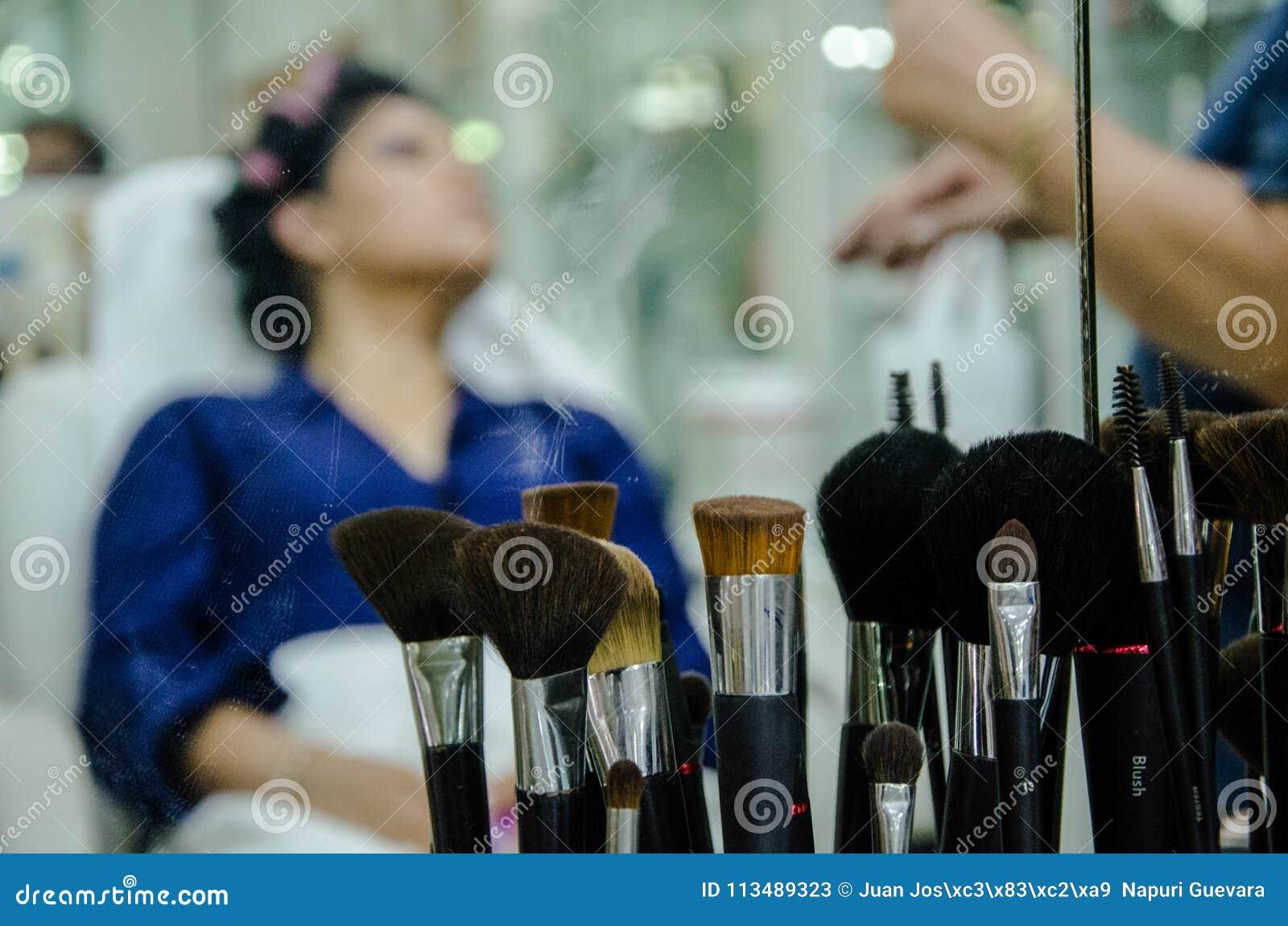 Mujer en maquillaje