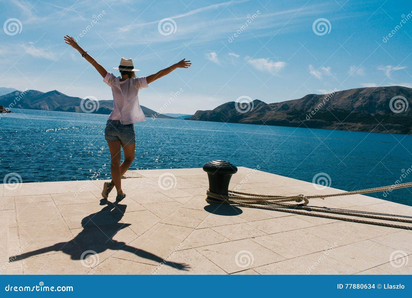 Mujer En Muelle Foto de archivo