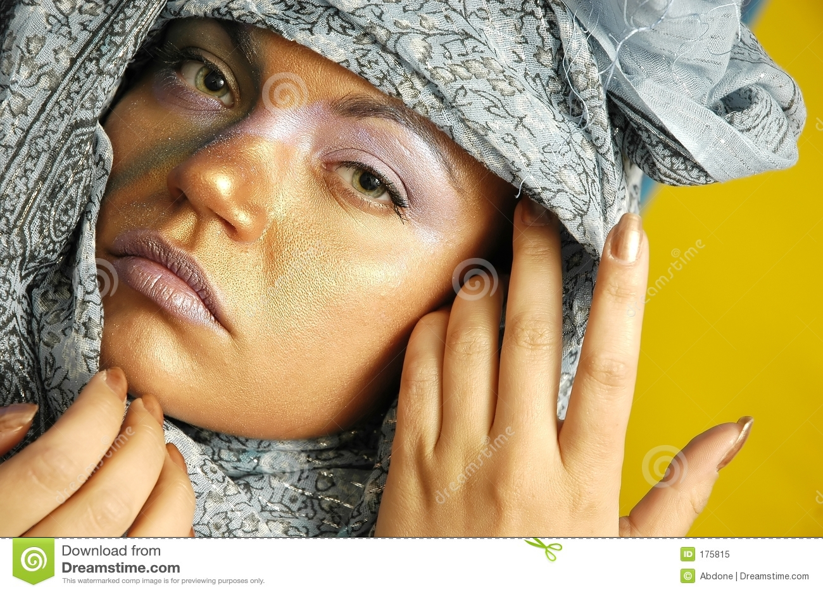 Mujer en pañuelo para el cuello