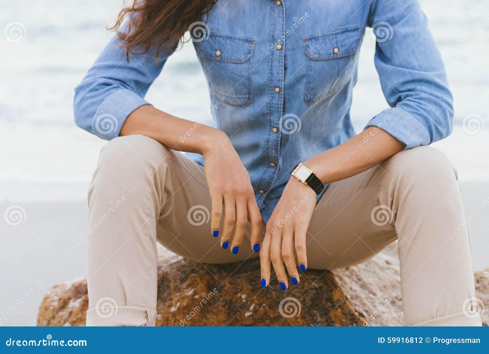 Mujer En Pantalones Beige Y Una Camisa Del Dril De Algodon Que Se Sienta En Una Roca Foto De Archivo Imagen De Dril Algodon 59916812