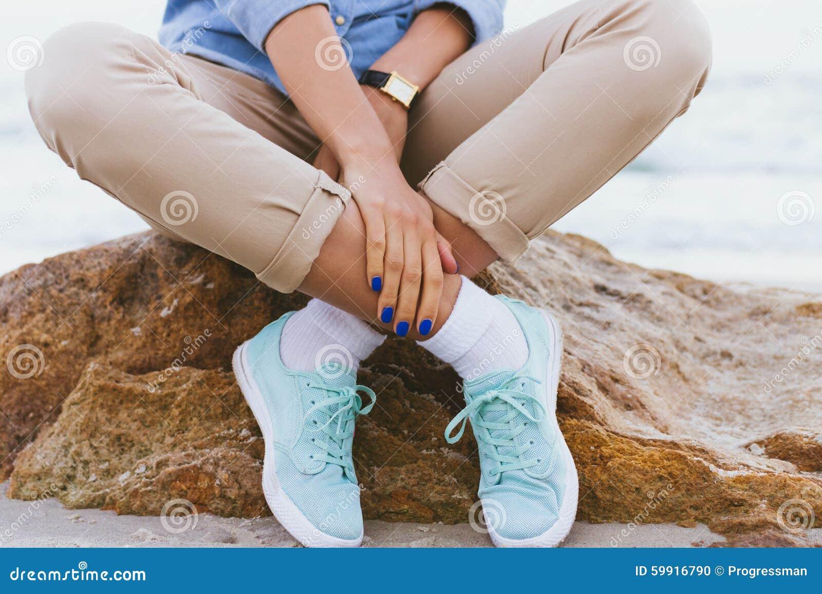 Mujer En Pantalones Beige Y Una Camisa Del Dril De Algodon Y Zapatillas De Deporte De La Turquesa Foto De Archivo Imagen De Mujer Zapatillas 59916790