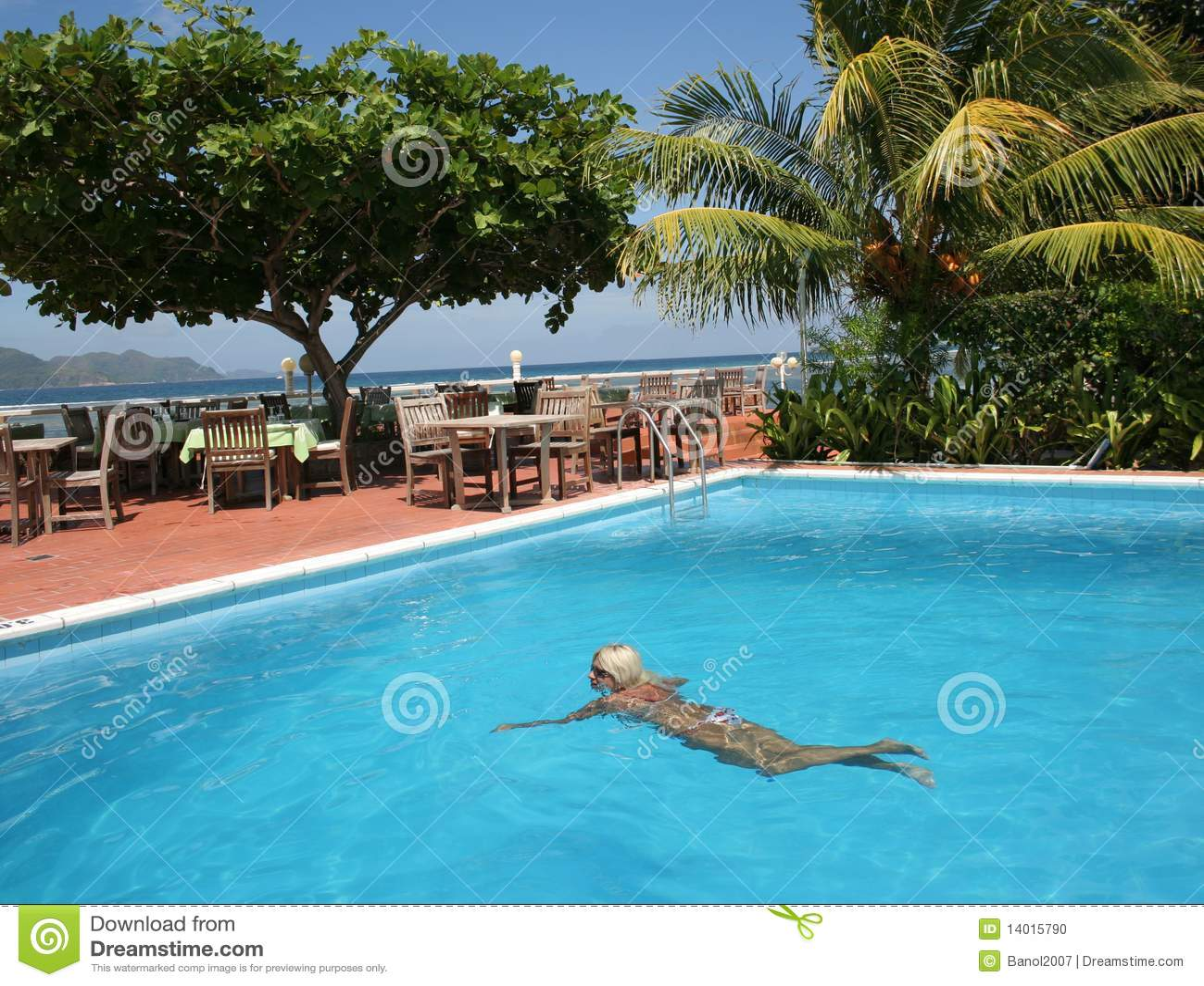 Mujer en piscina de la playa foto de archivo imagen - Piscina de playa ...