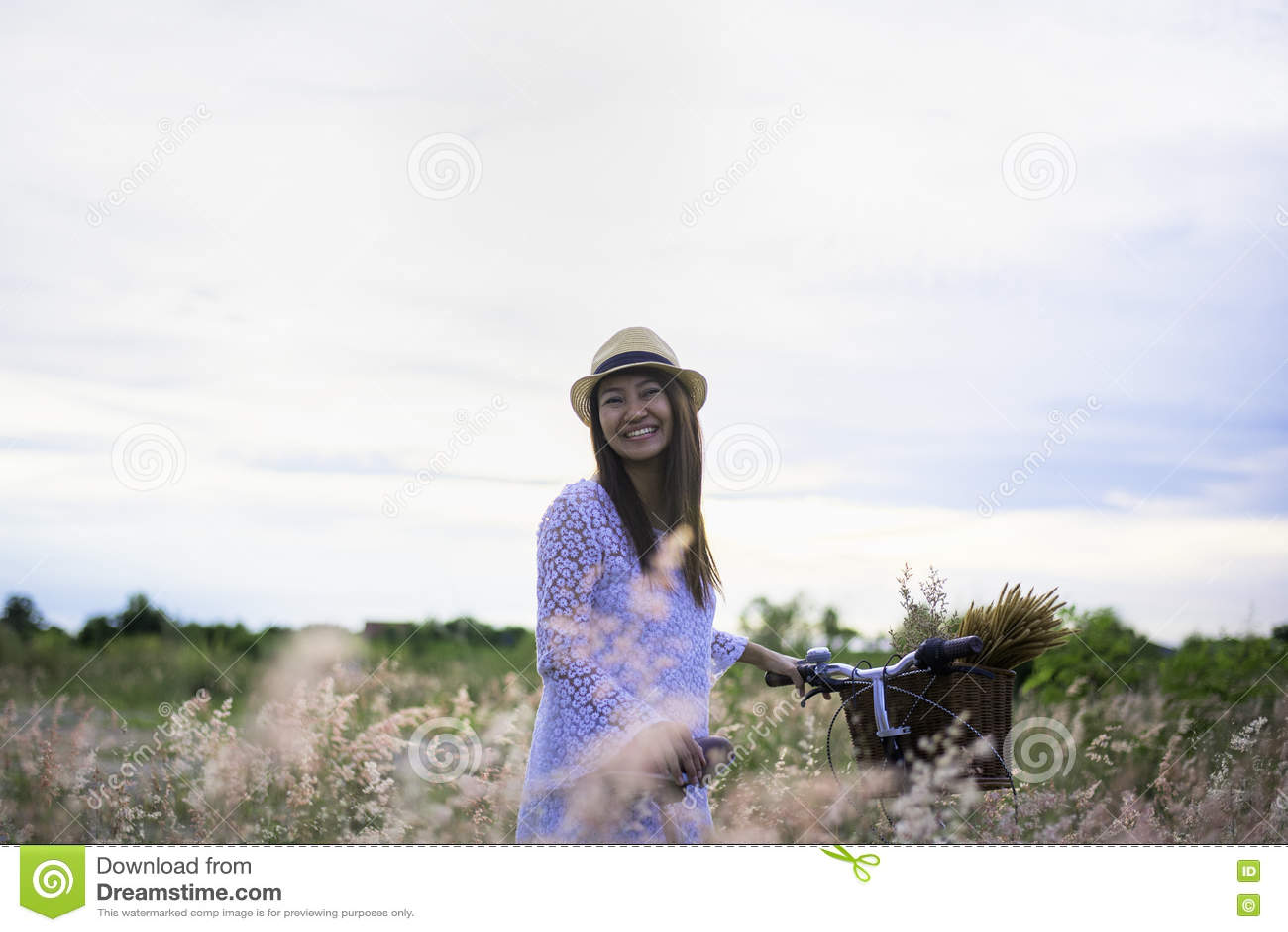 Mujer en prado viaje y puesta del sol,
