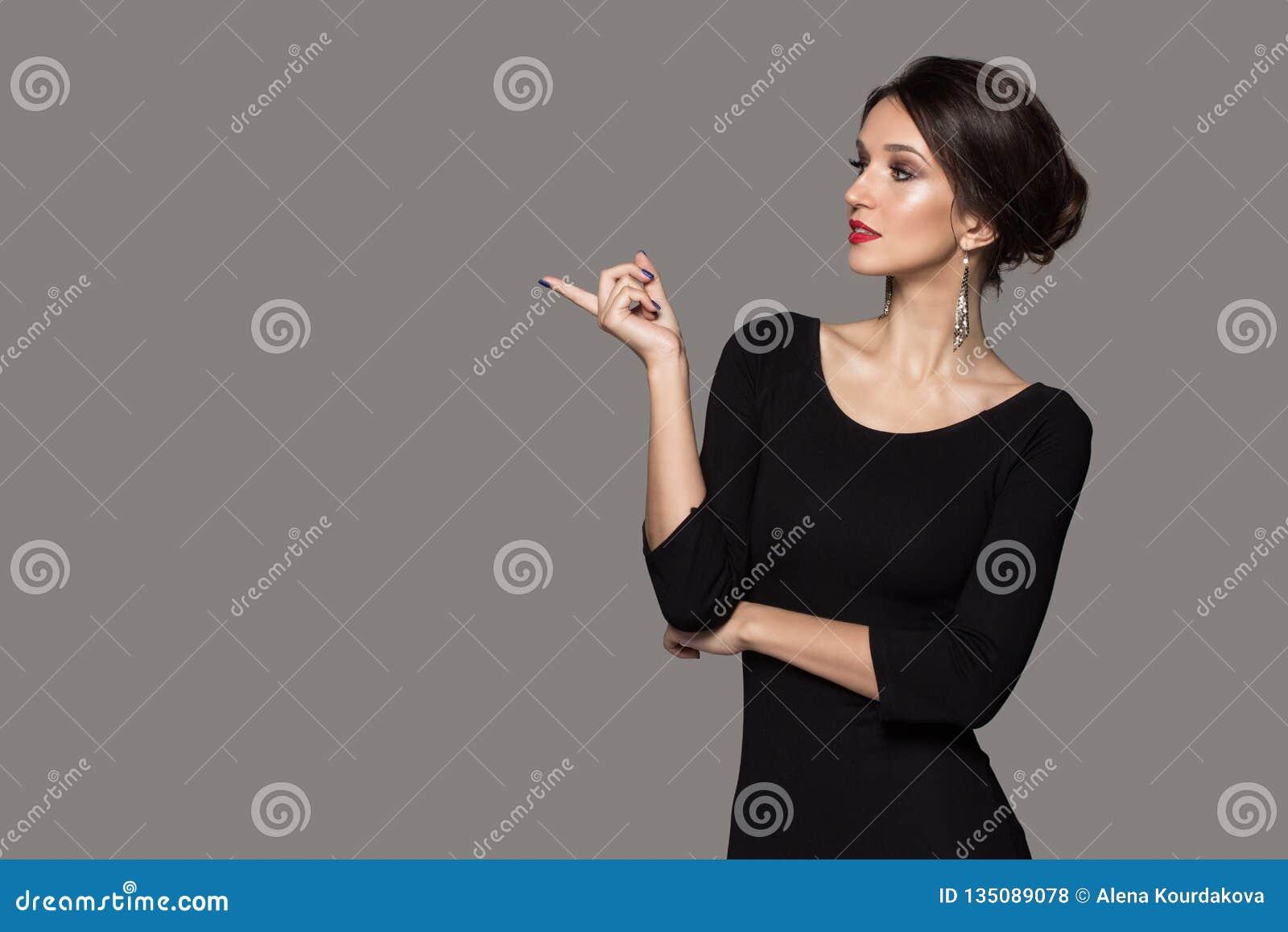 68ac6637e0 Mujer En Puntos Negros De Un Vestido A Un Espacio En Blanco Foto de ...