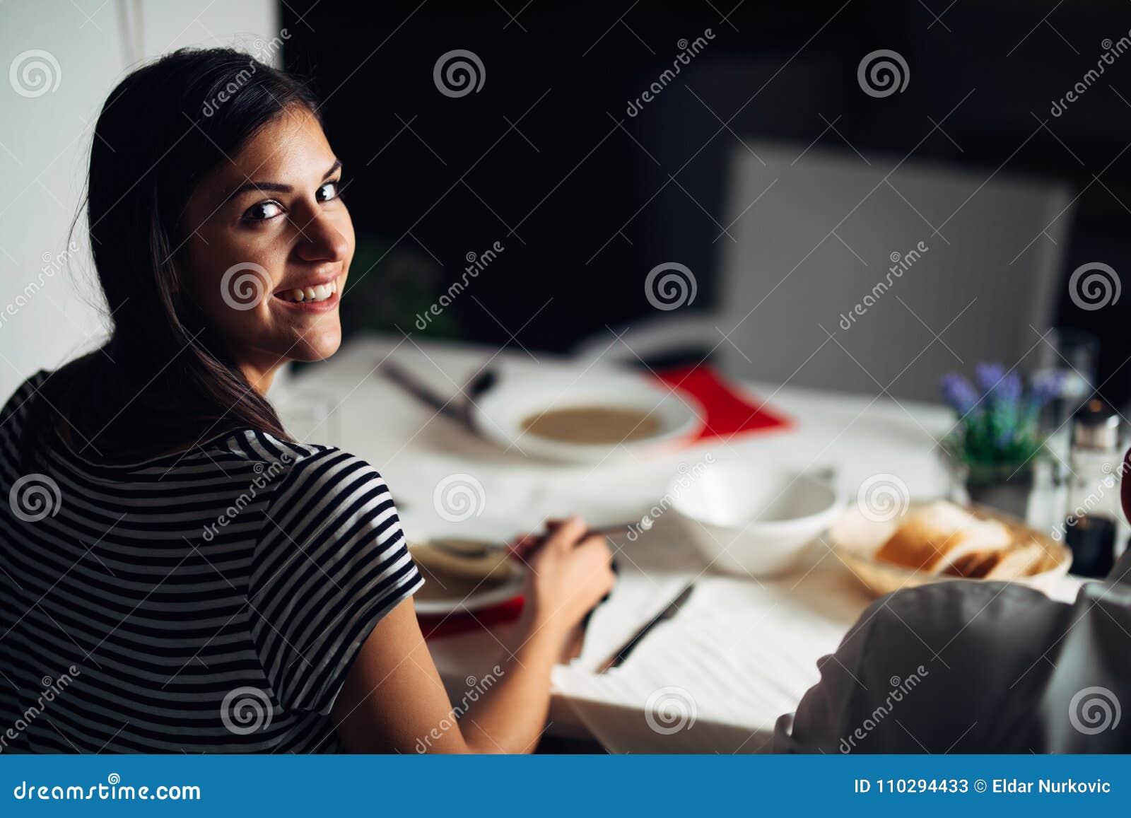 Mujer en restaurante que come la sopa vegetariana de la crema del vegano Gluten libre y comida de la dieta El caldo femenino del