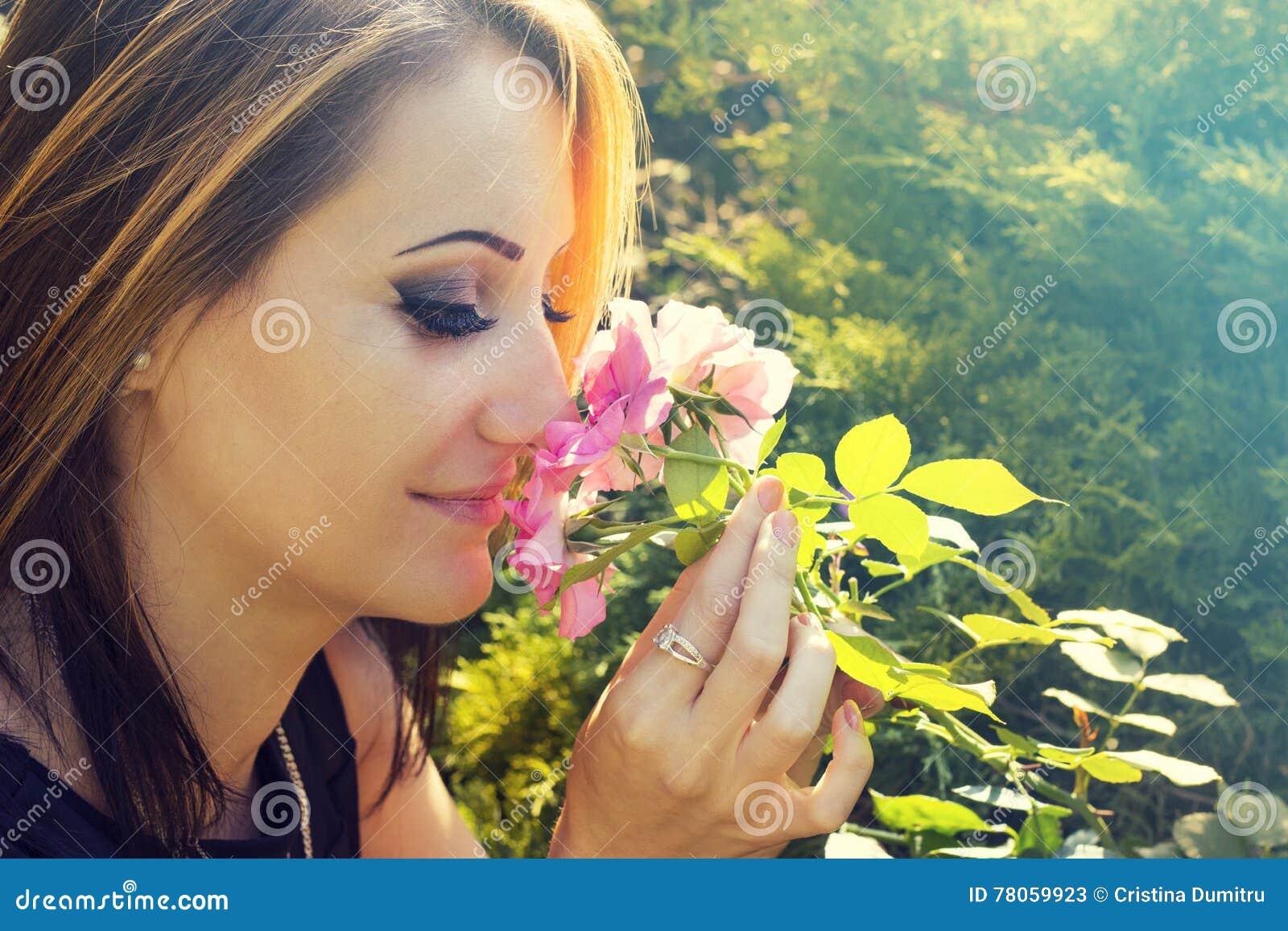Mujer En Rosas Que Huelen Del Jardín De Flores Imagen de archivo ...