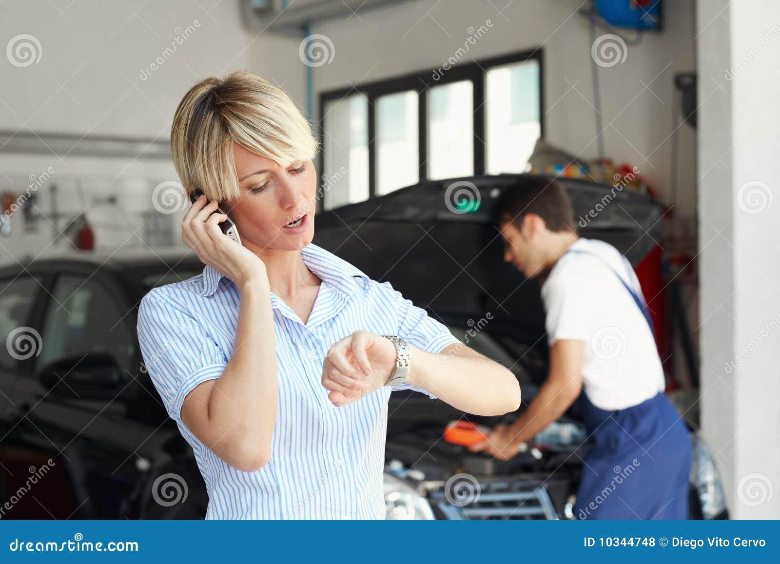 Mujer en taller de reparaciones auto