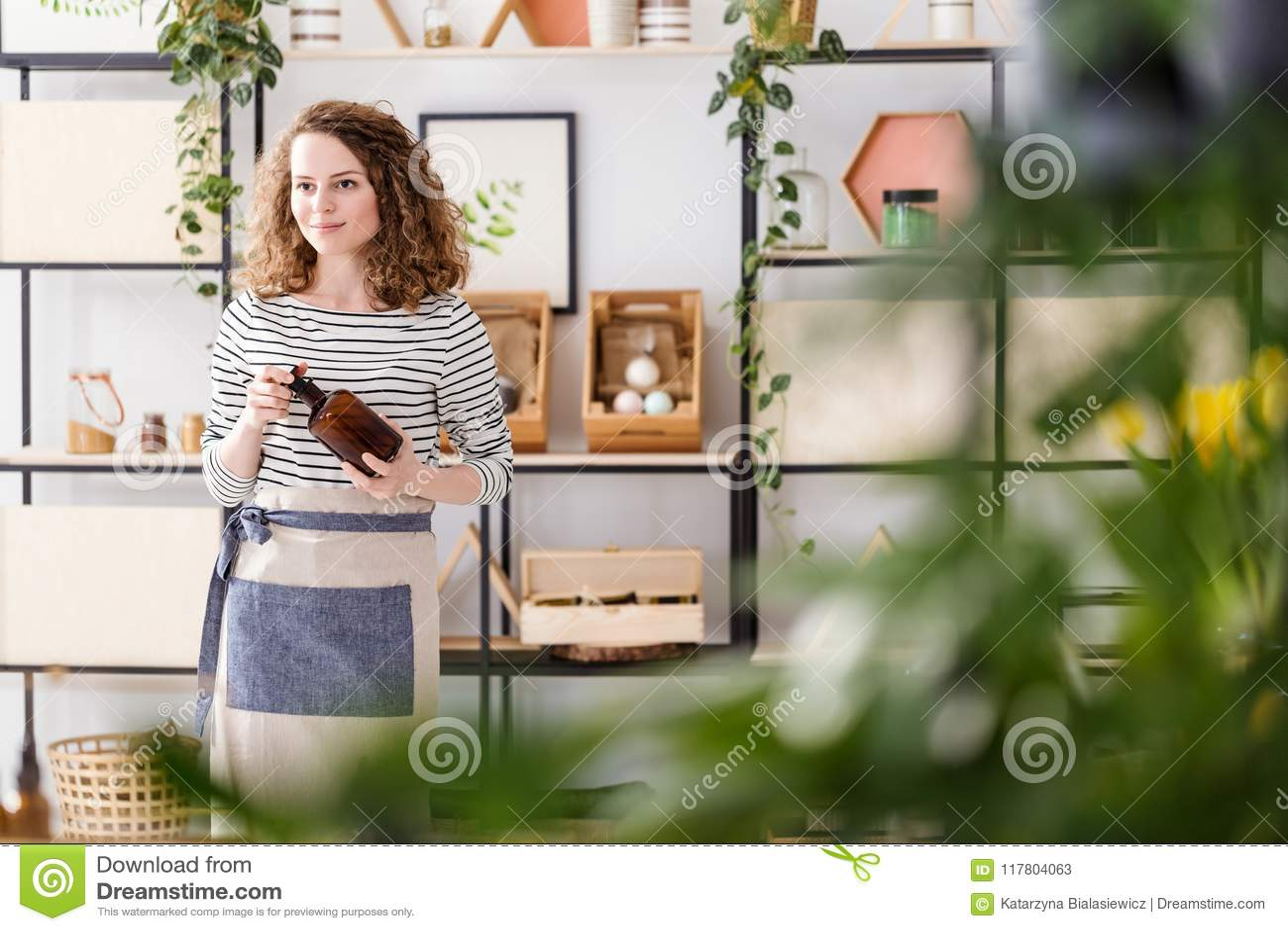 Mujer en tienda natural
