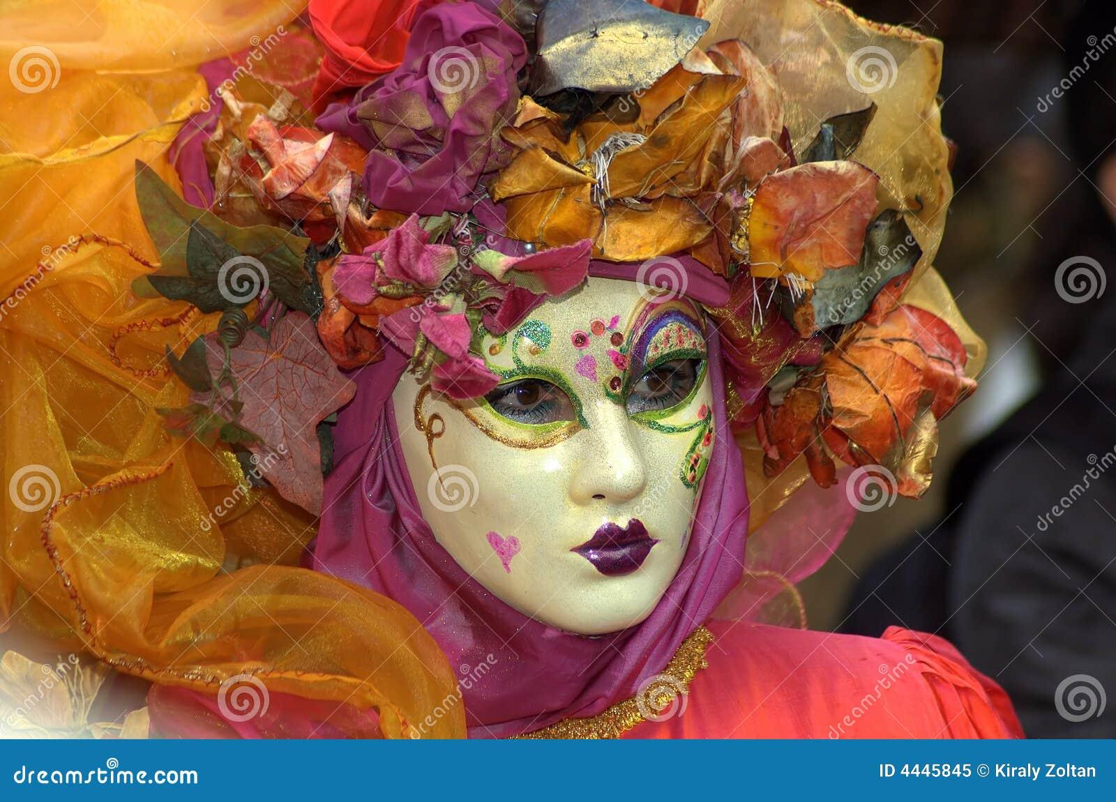 Mujer en traje y máscara