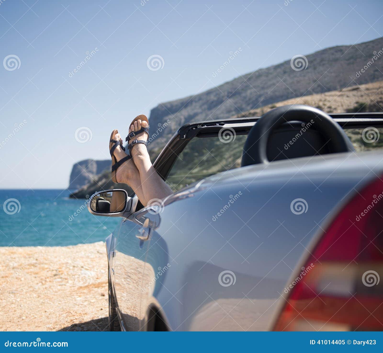 Mujer en un convertible