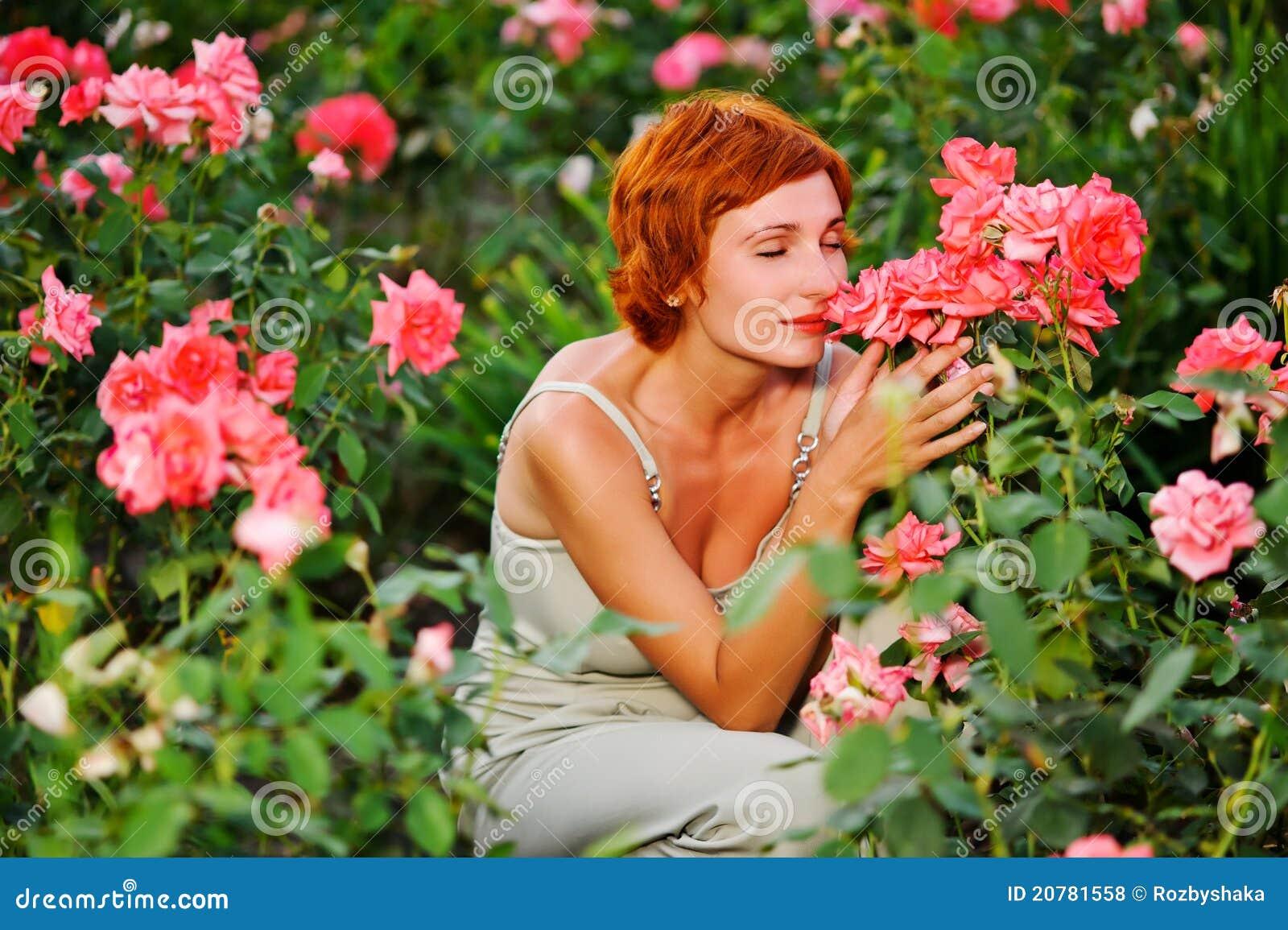 Mujer En Un Jardín De Rosas Foto de archivo - Imagen de cara ...