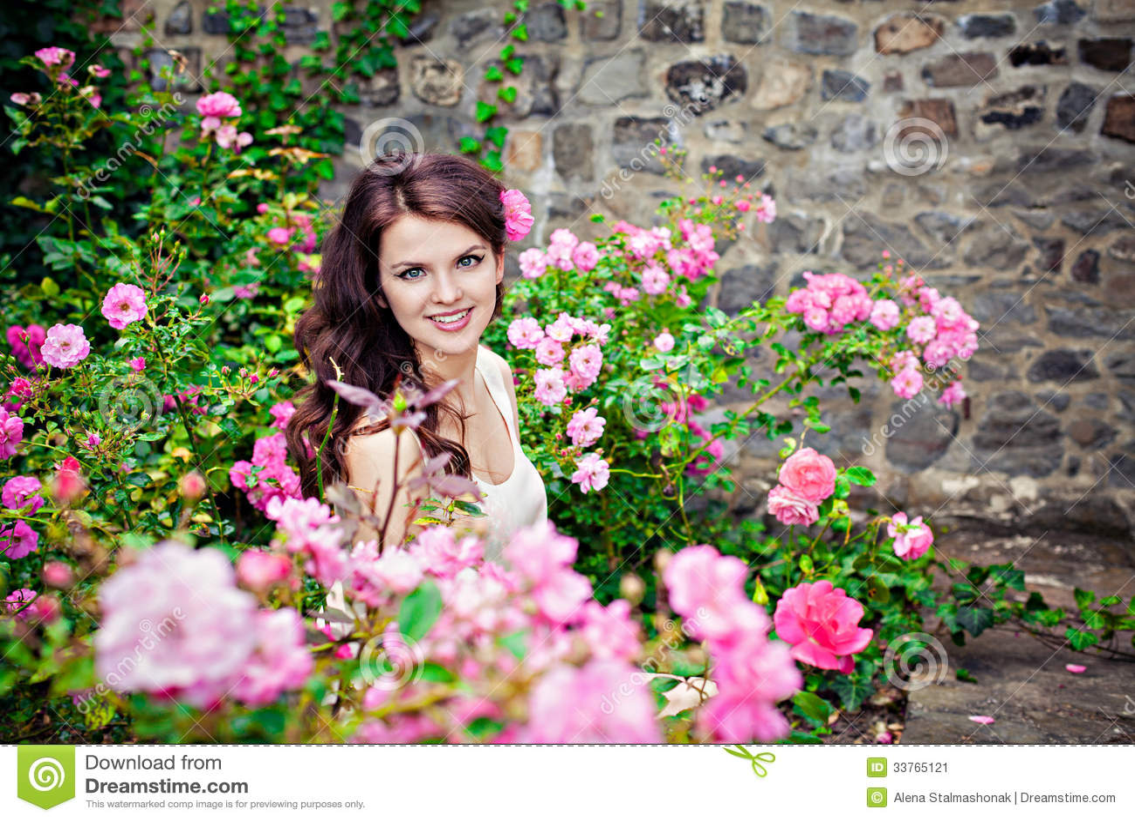 bb6d4525f Mujer En Un Jardín De Rosas Imagen de archivo - Imagen de outdoors ...