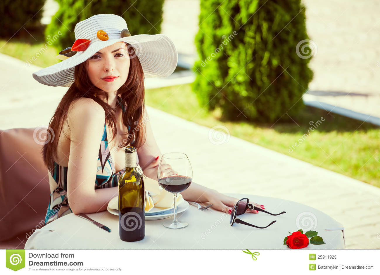 Mujer En Un Sombrero Adornado Con Goma Imagen de archivo - Imagen de ... 079e3885b22