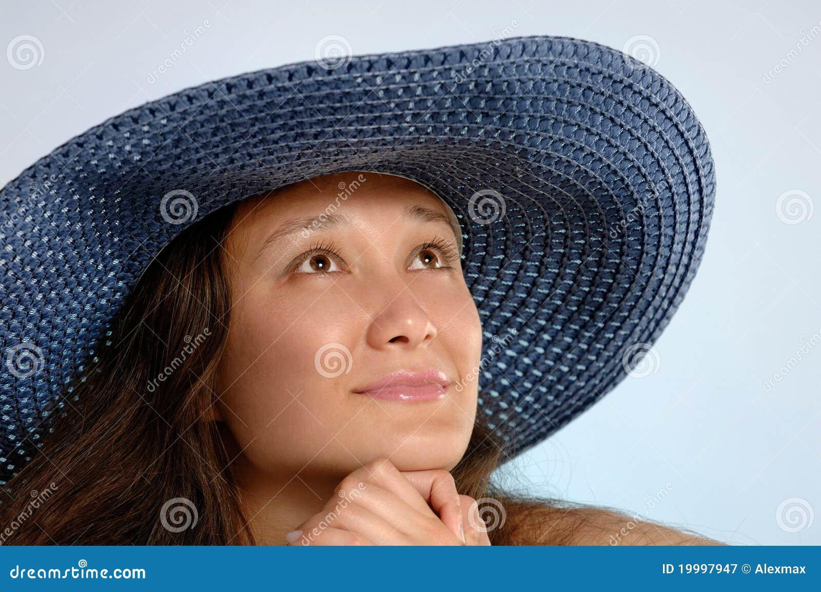Mujer en un Sunhat azul