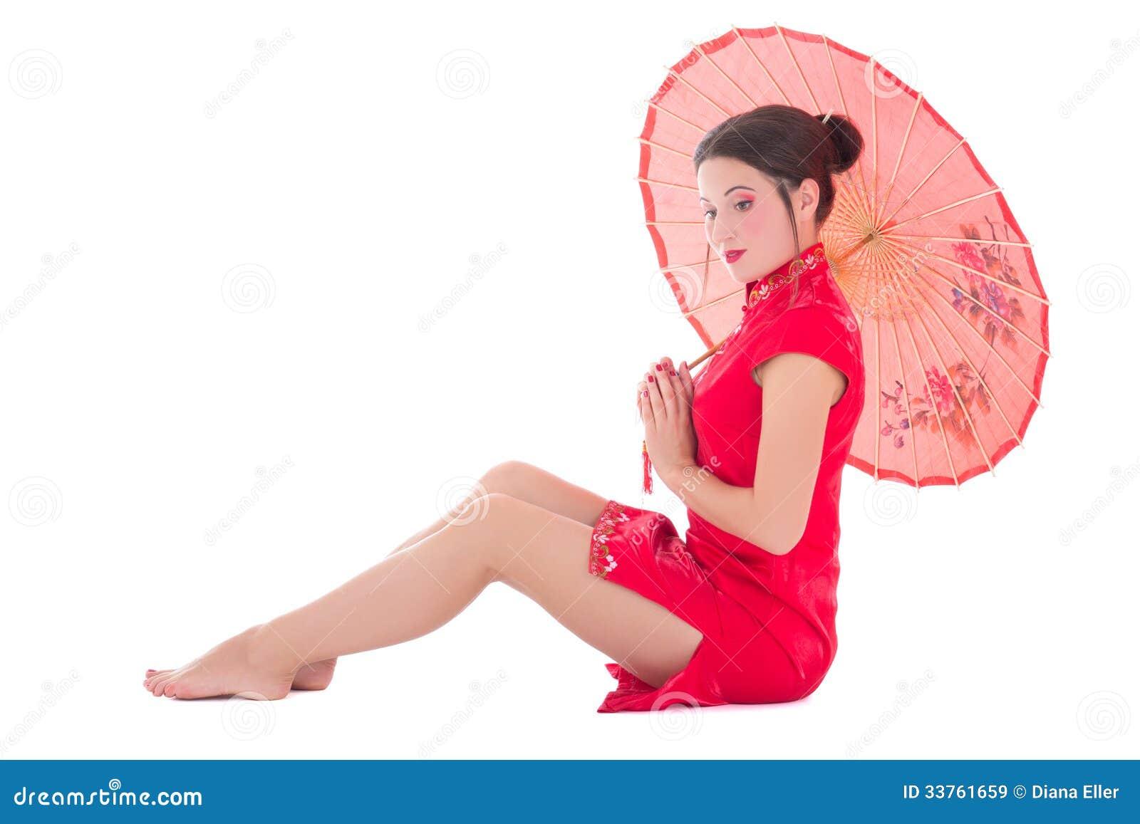 ccd370568 Mujer en vestido rojo del japonés con el paraguas aislado en el fondo blanco