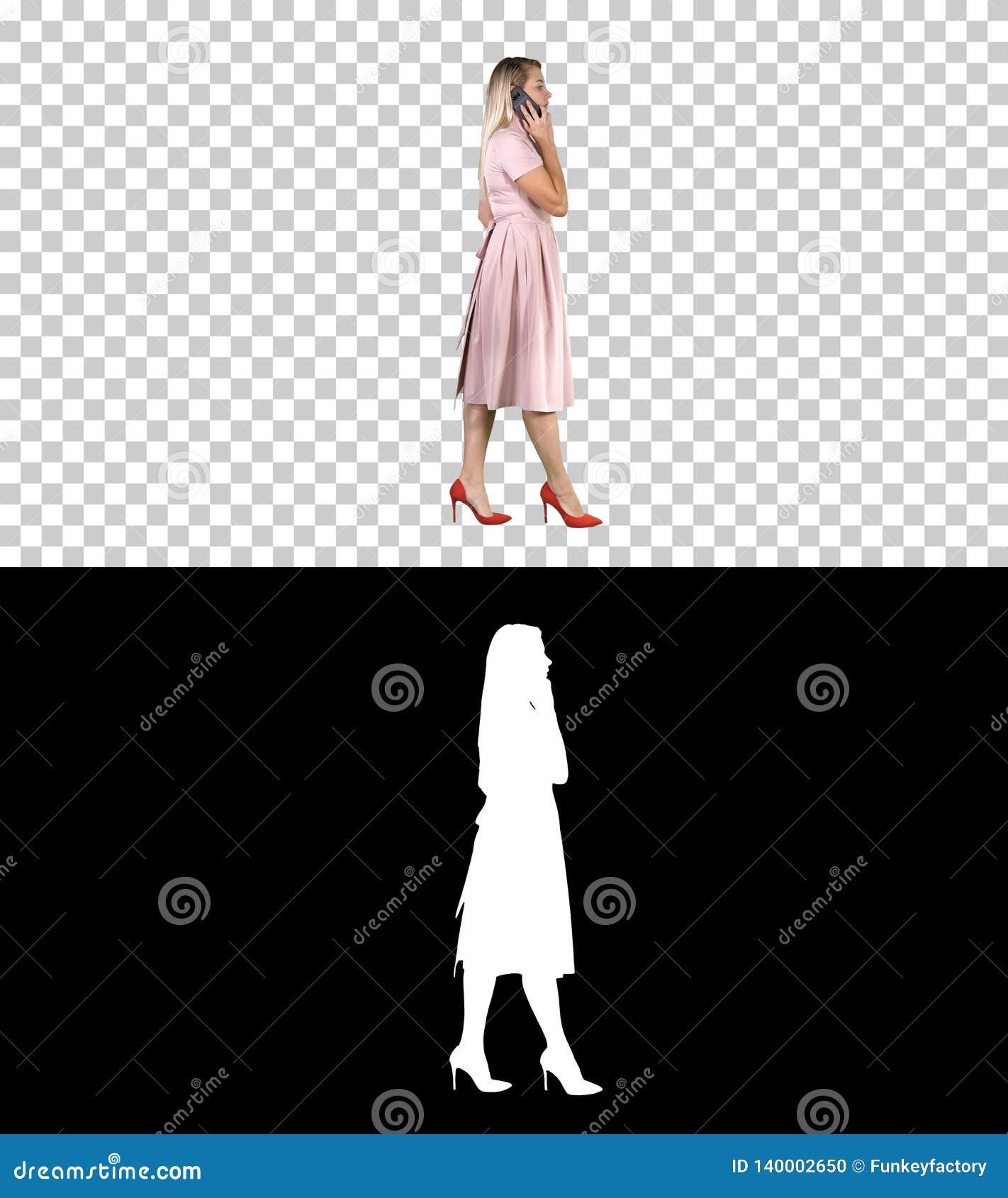 Mujer en vestido rosado que habla en el teléfono, Alpha Channel
