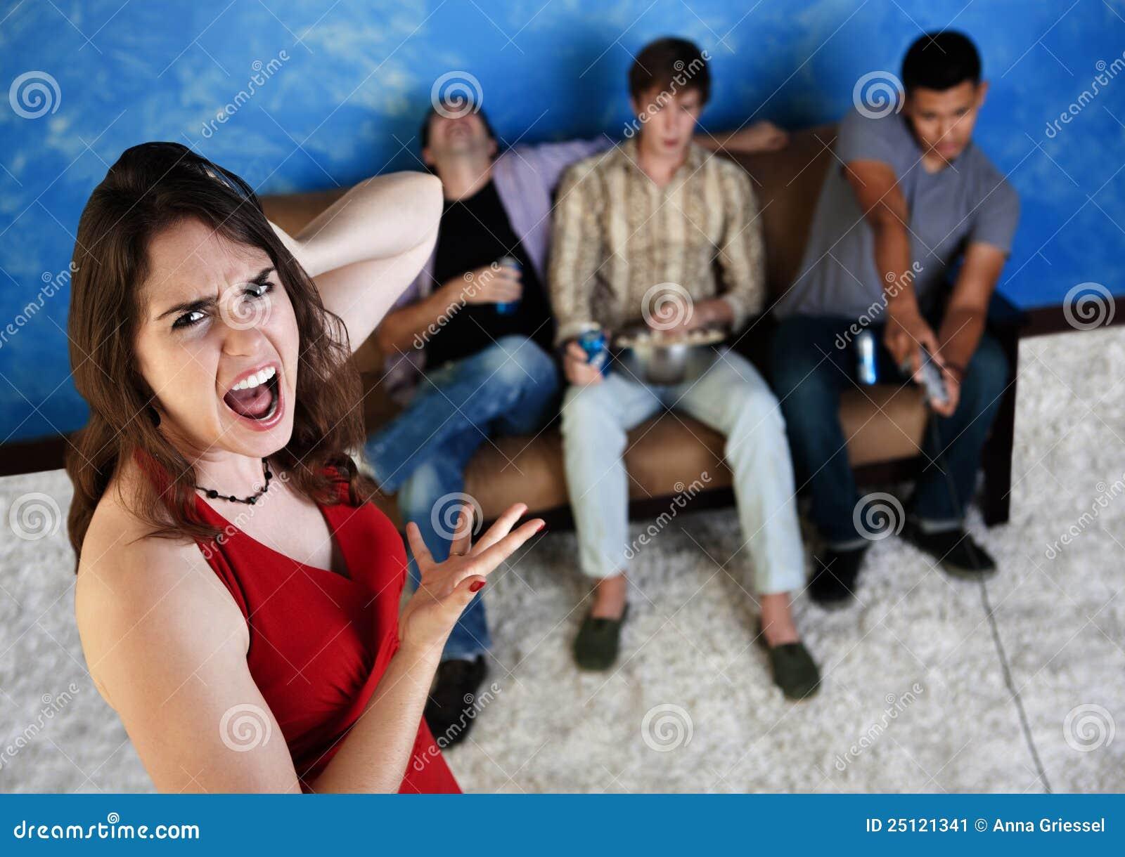 Mujer enfadada con los hombres ruidosos