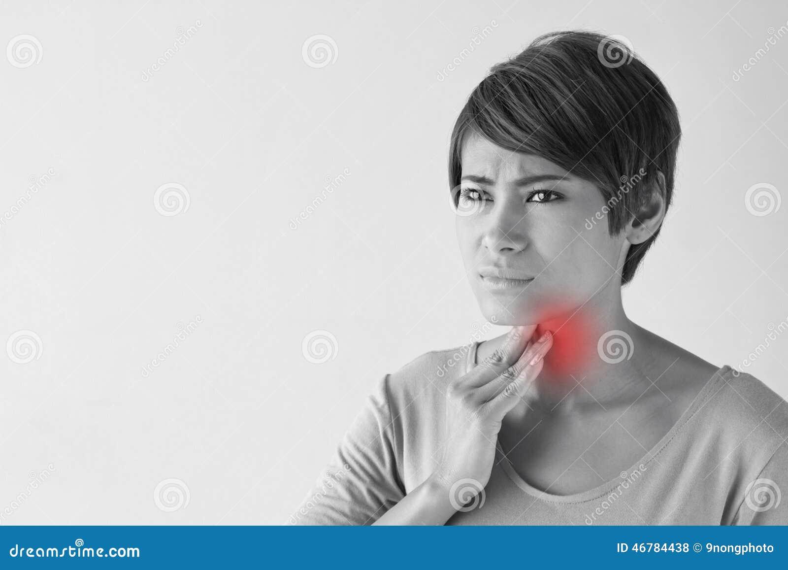 Mujer enferma con la garganta dolorida, inflamación