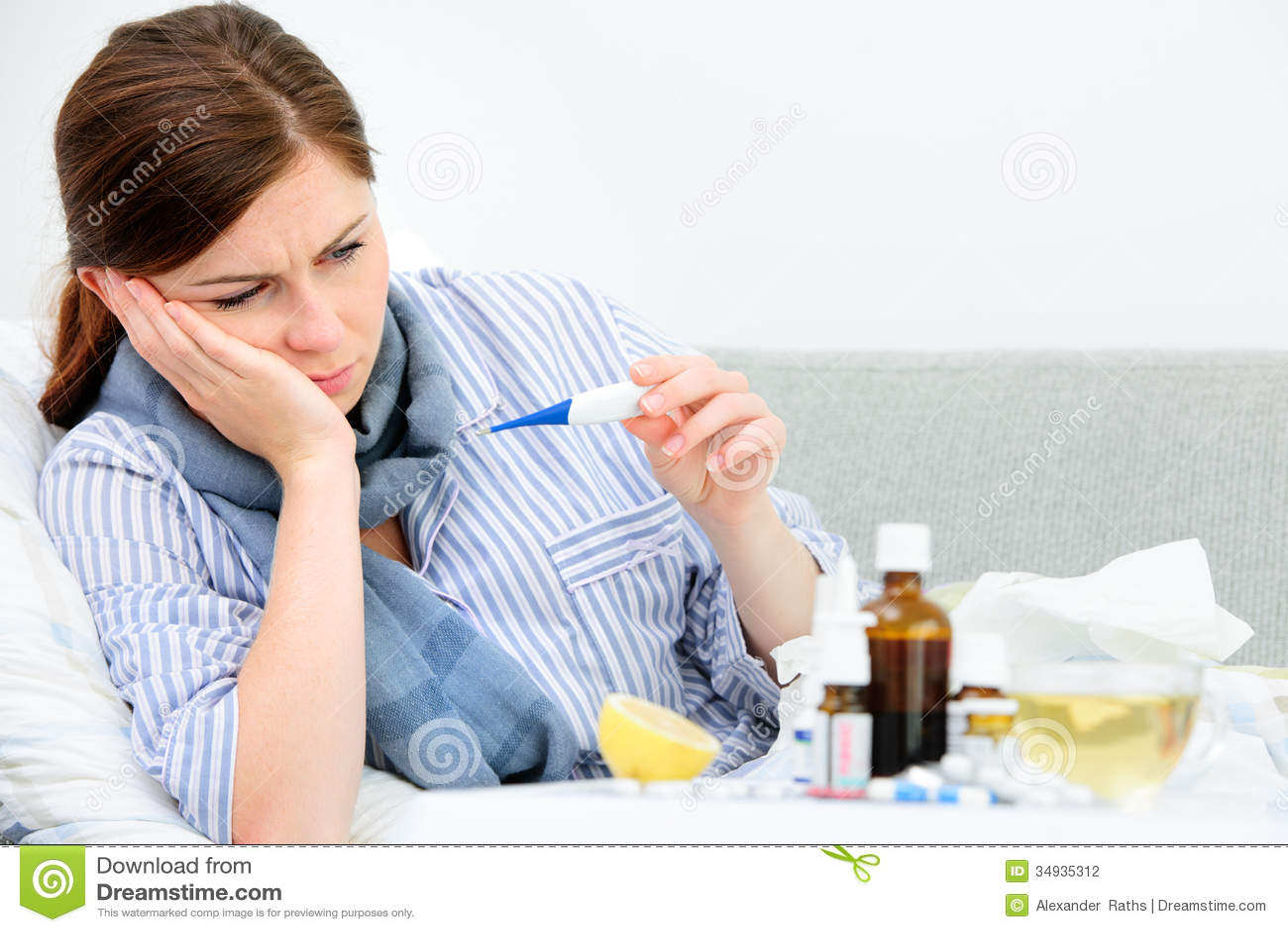 Mujer enferma que miente en cama