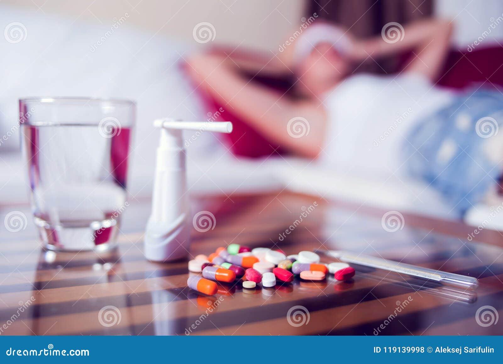 Mujer enferma que miente en cama con alta fiebre Gripe y jaqueca frías