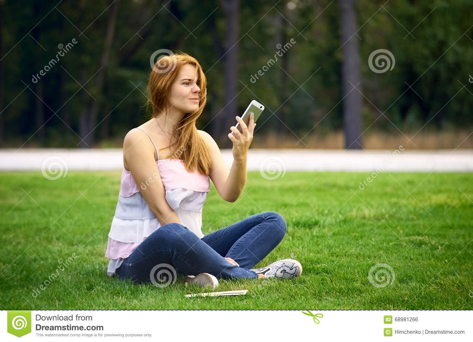 Mujer enojada en el teléfono quebrado